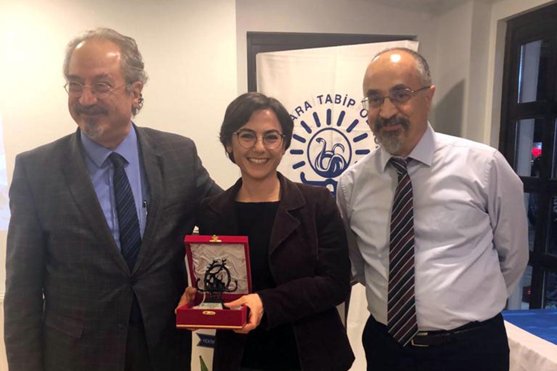 Ankara Tabip Odası, Evrensel Muhabiri Burcu Yıldırım'a ödülünü verirken