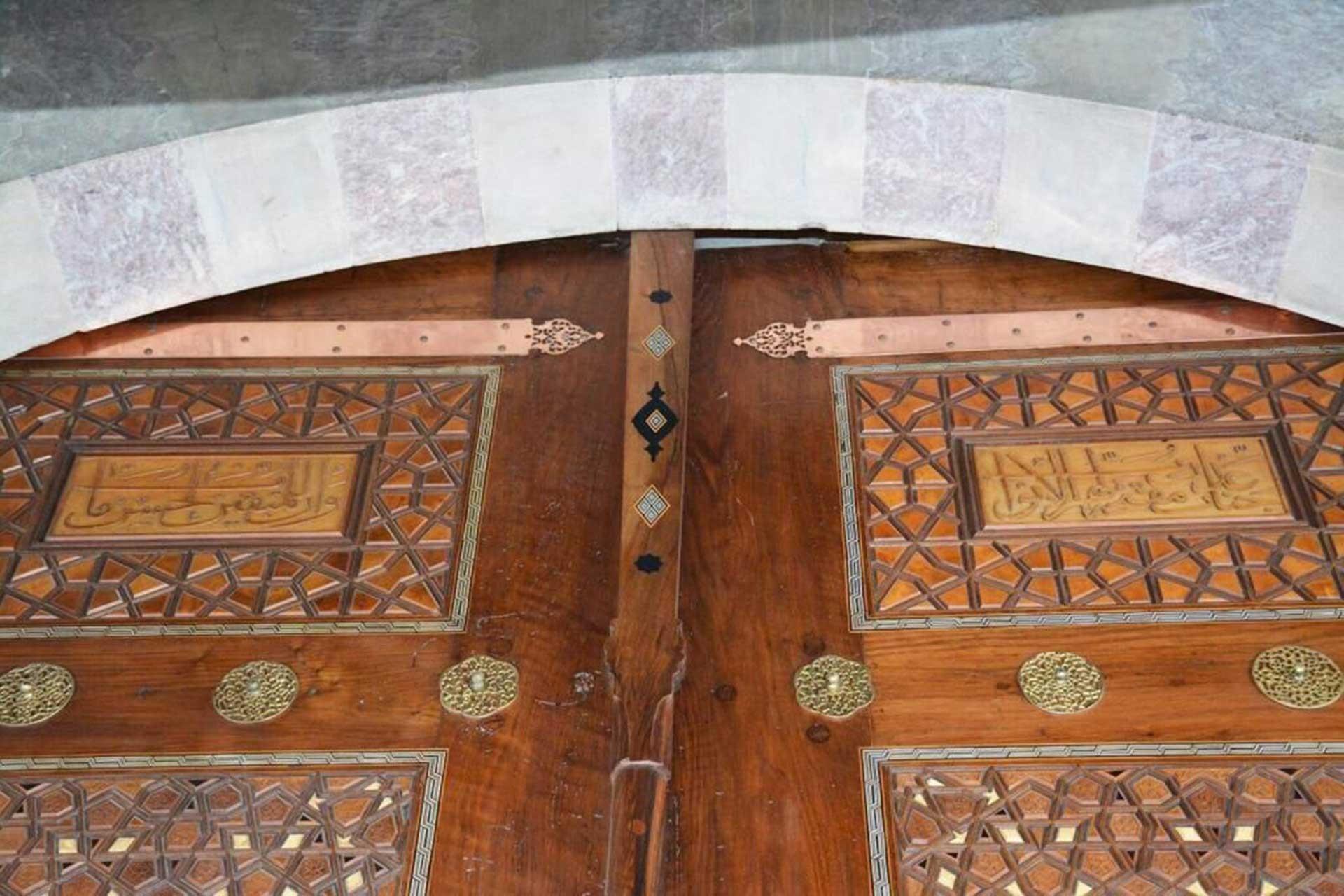 Süleymaniye Camii kapısında yer alan ters yazılmış ayetler