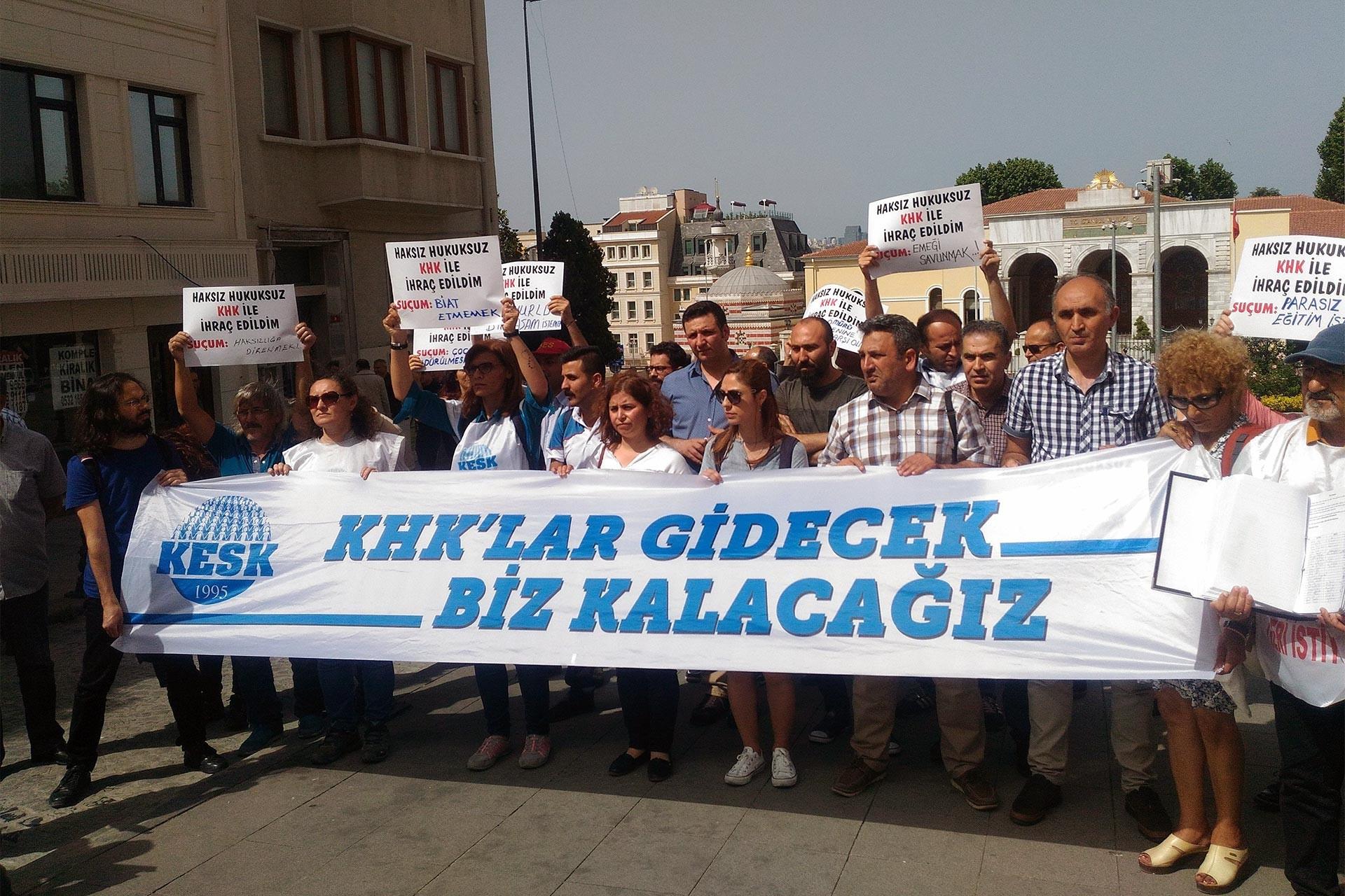 'KHK'lar gidecek biz kalacağız' yazılı pankart taşıyan KESK üyesi kamu emekçileri