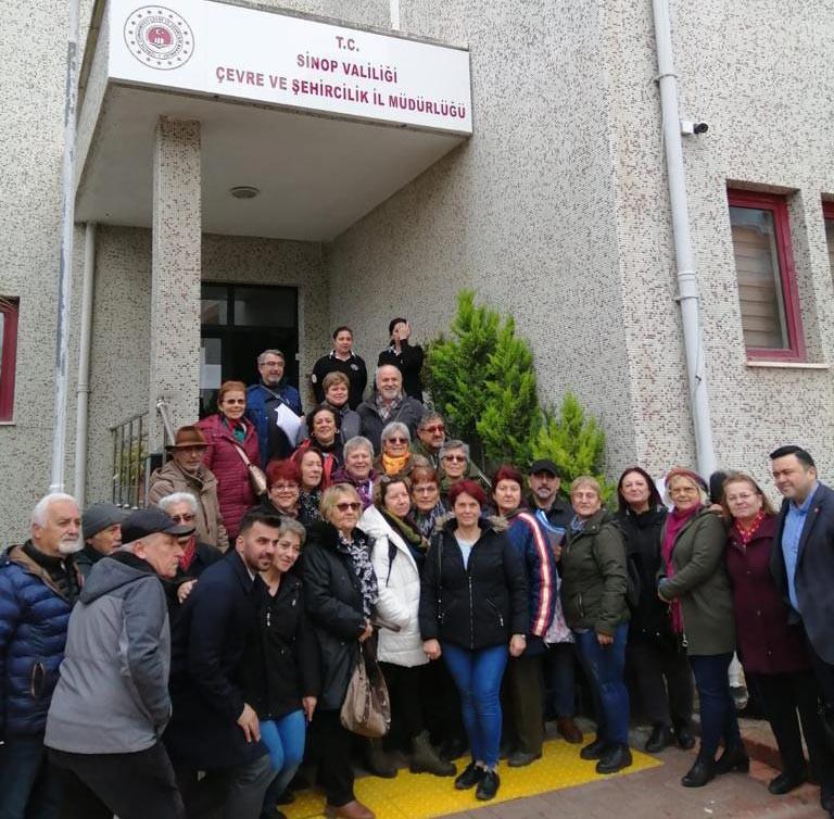 Kanal İstanbul projesine itiraz etmek için Sinop'ta Çevre ve Şehircilik İl Müdürlüğüne başvuran yurttaşlar, ellerinde dilekçeler ile poz verirken