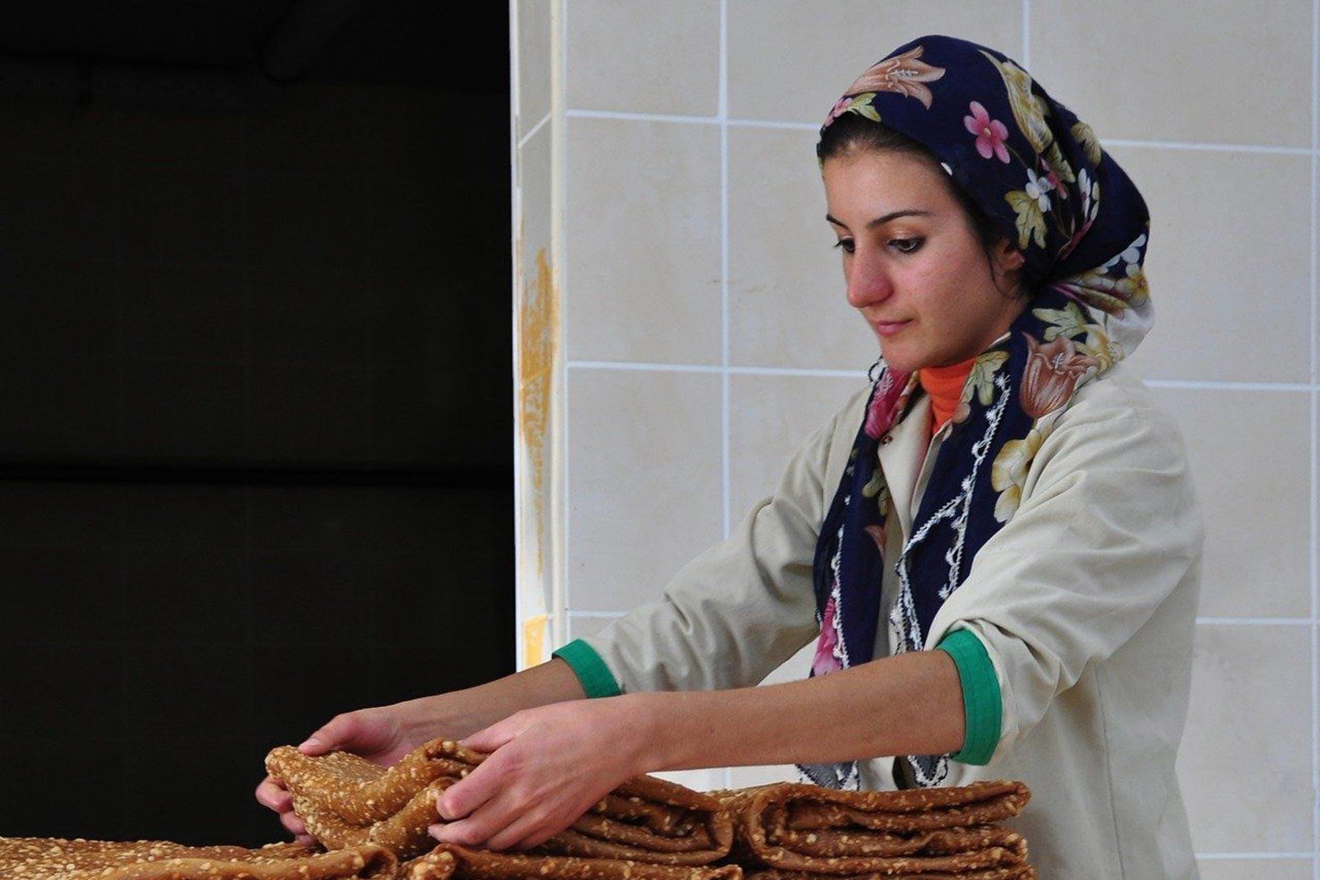 Bir kadın tekstil işçisi çalışırken