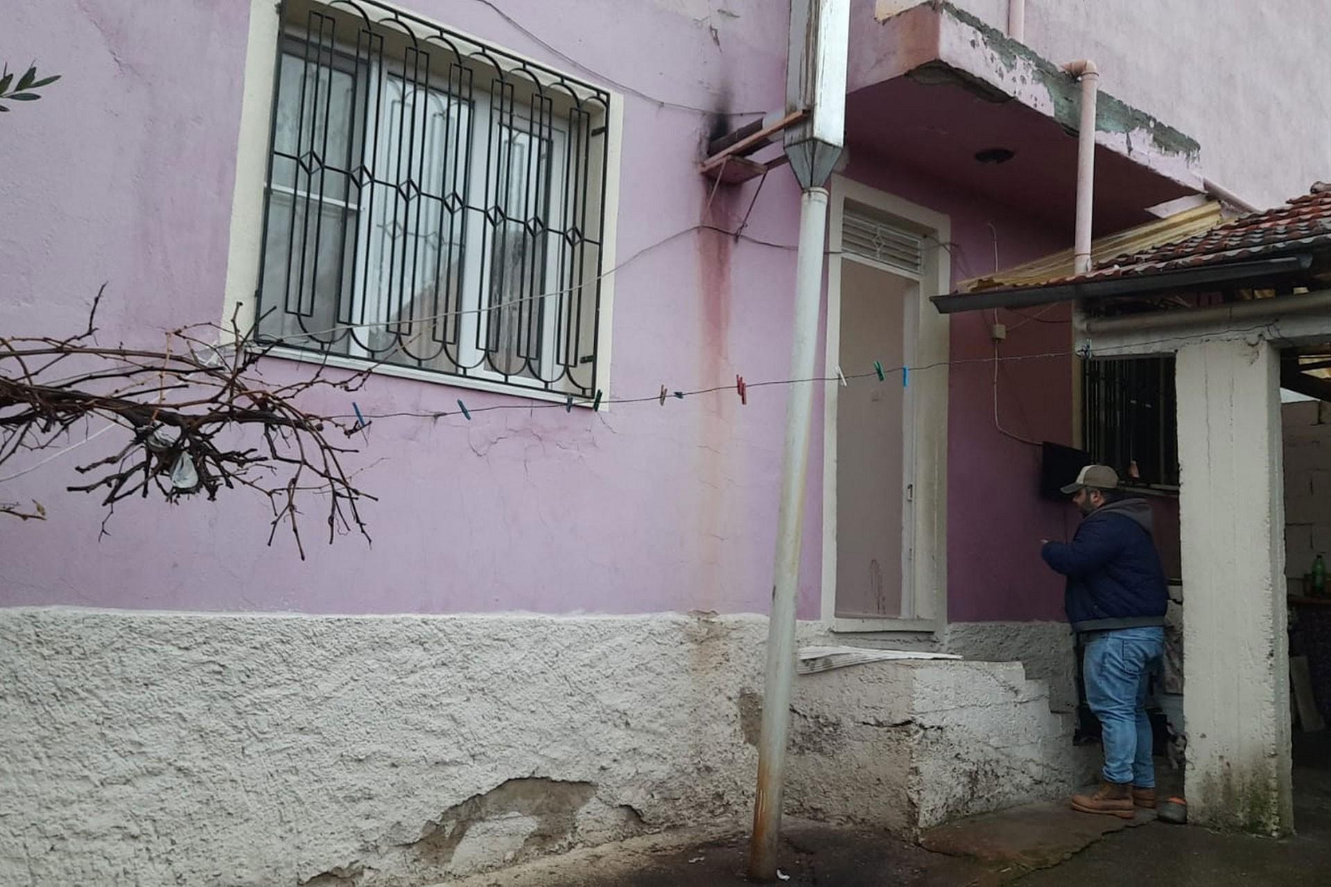 Manisa'da eşinin bıçaklı saldırısına maruz kalan kadının yaşadığı ev