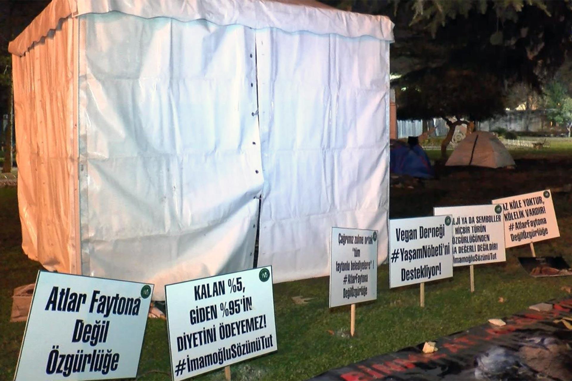 İBB önünde atlı faytonlara karşı kurulan çadır