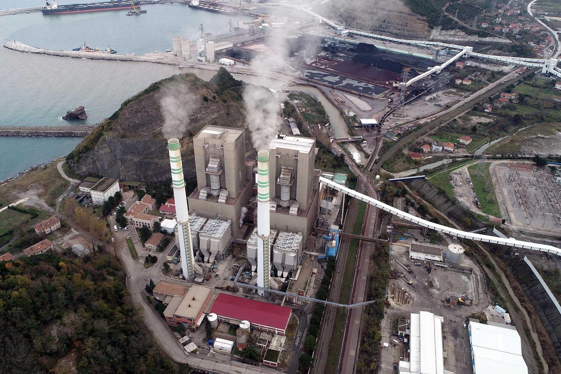 Zonguldak'ta bacasından duman çıkan termik santralin kuş bakışı görünümü.