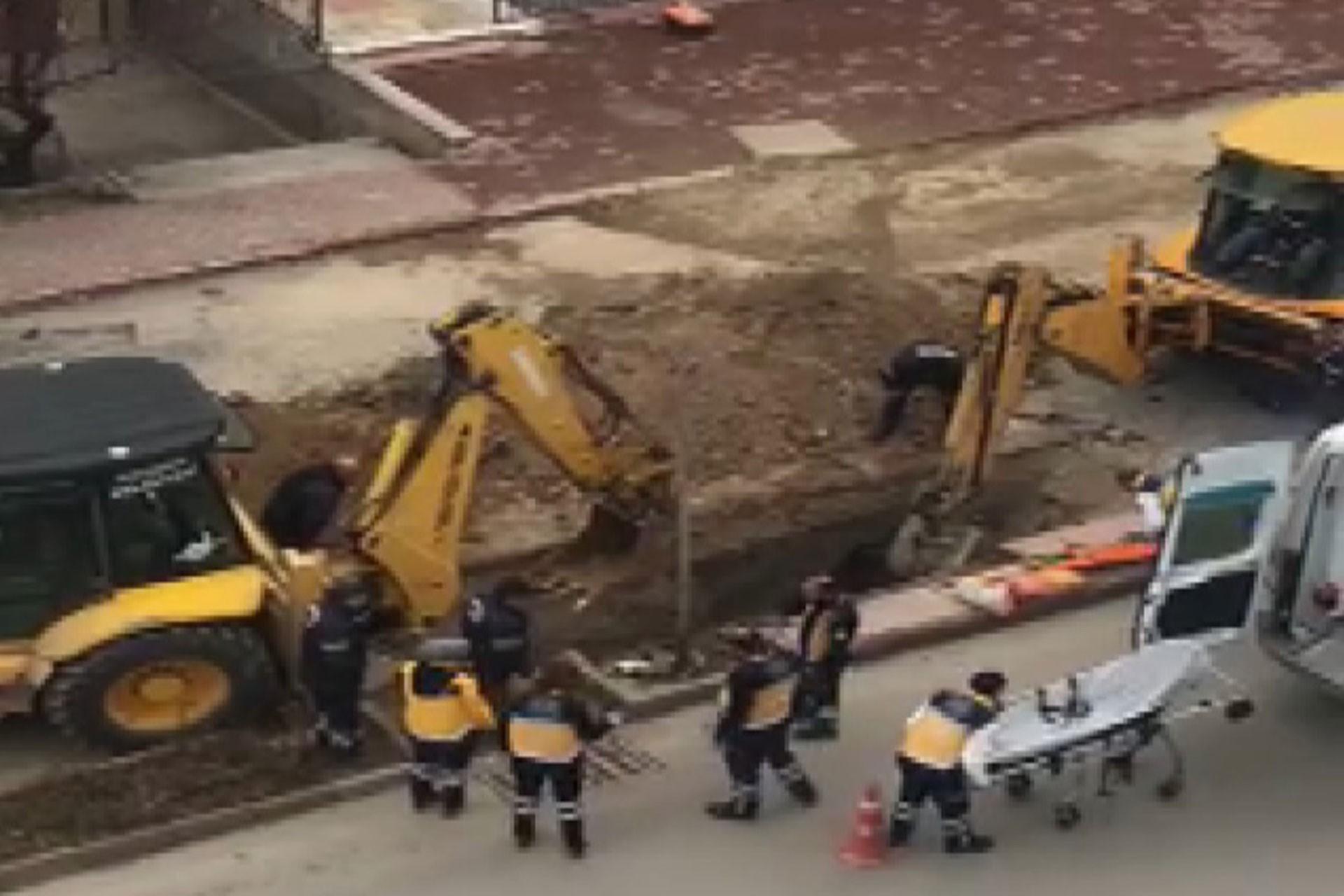 Kanalizasyon çukuruna düşen işçileri kurtarma çalışması