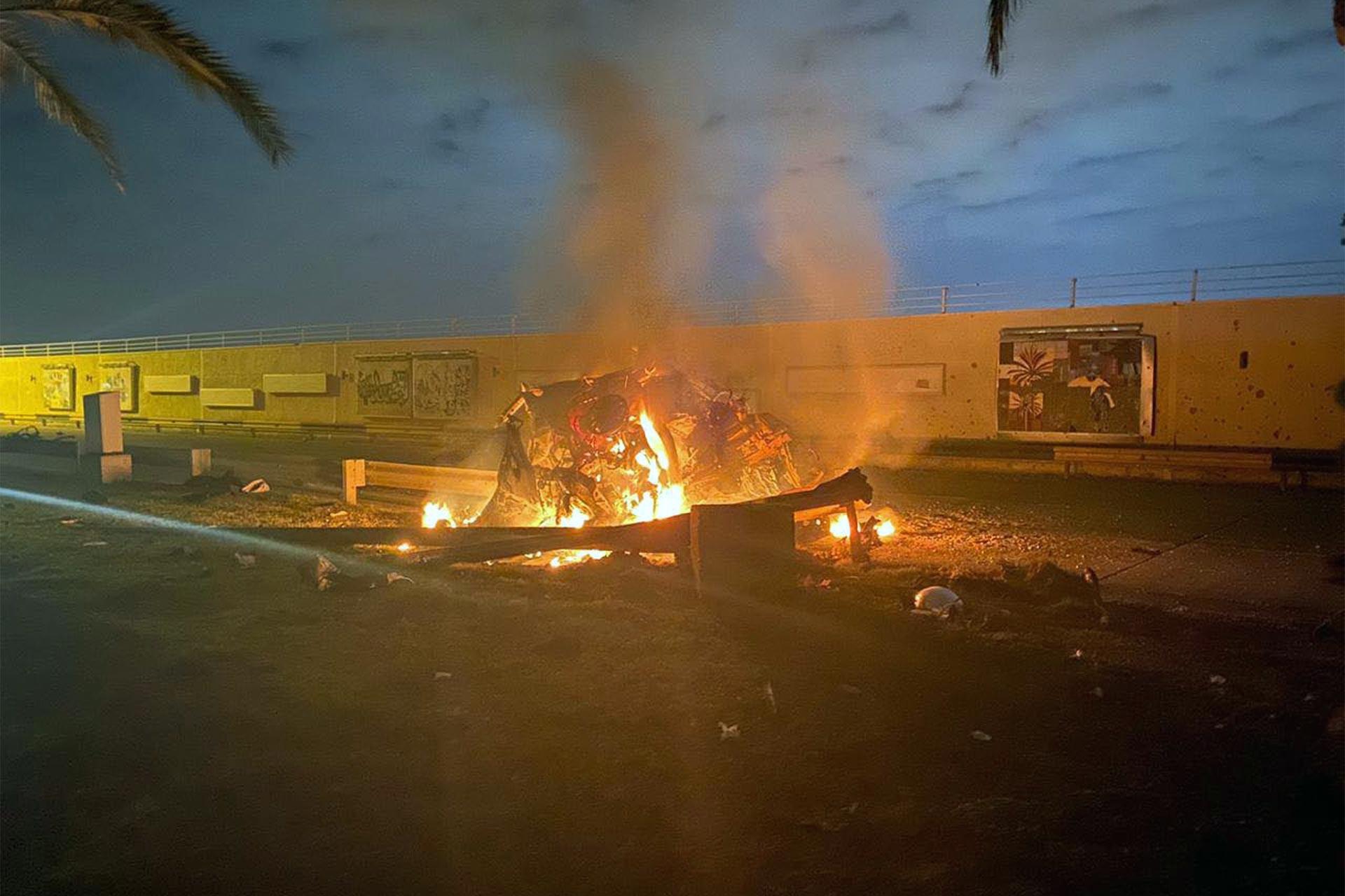 Süleymani'nin içerisinde bulunduğu araç saldırı sonrası yanarken