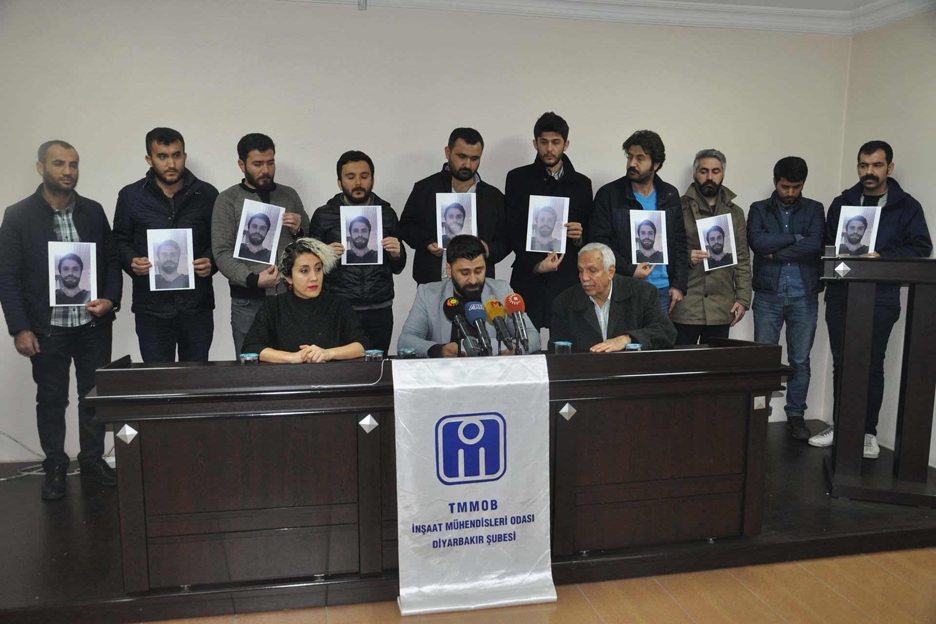 İnşaat Mühendisleri Odası Diyarbakır Şube binasında basın açıklaması düzenliyor