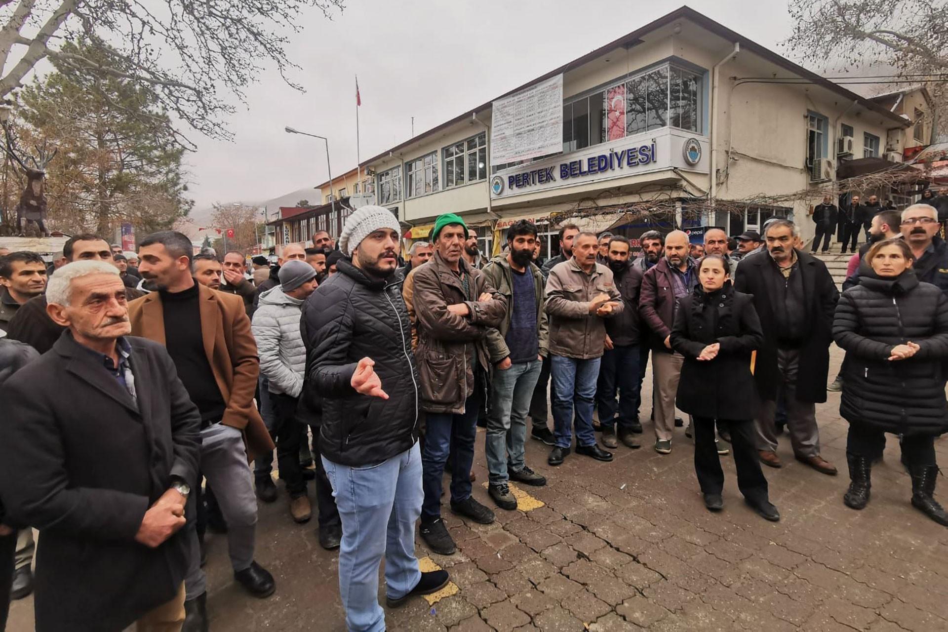 Pertek Belediyesi önünde işe alım protestosu