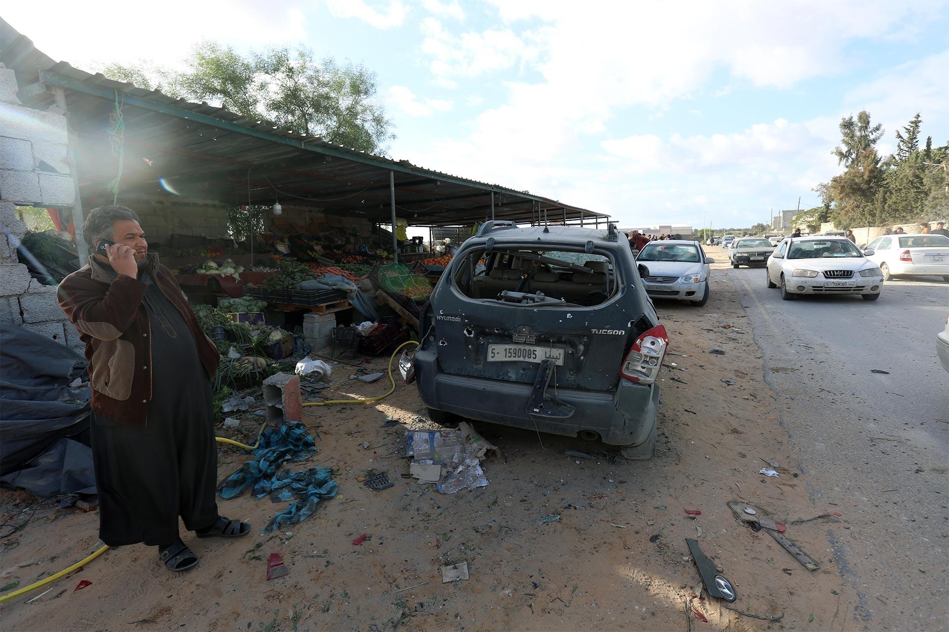 Libya'da Hafter güçlerinin bombaladığı alandaki araba enkazı