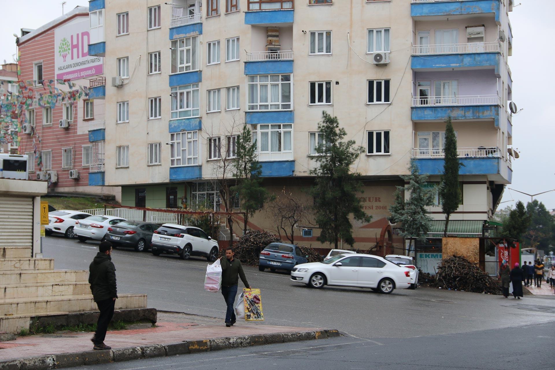 Diyarbakır'da Cihan Can'ın çevik kuvvet minibüsü altında kaldığı bölge