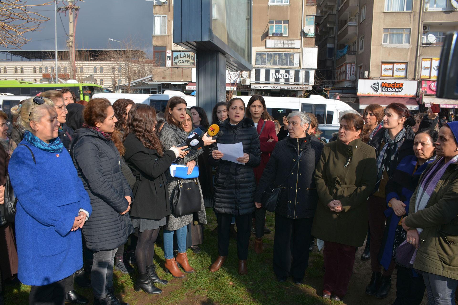 Diyarbakır'da basın açıklaması yapan kadınlar