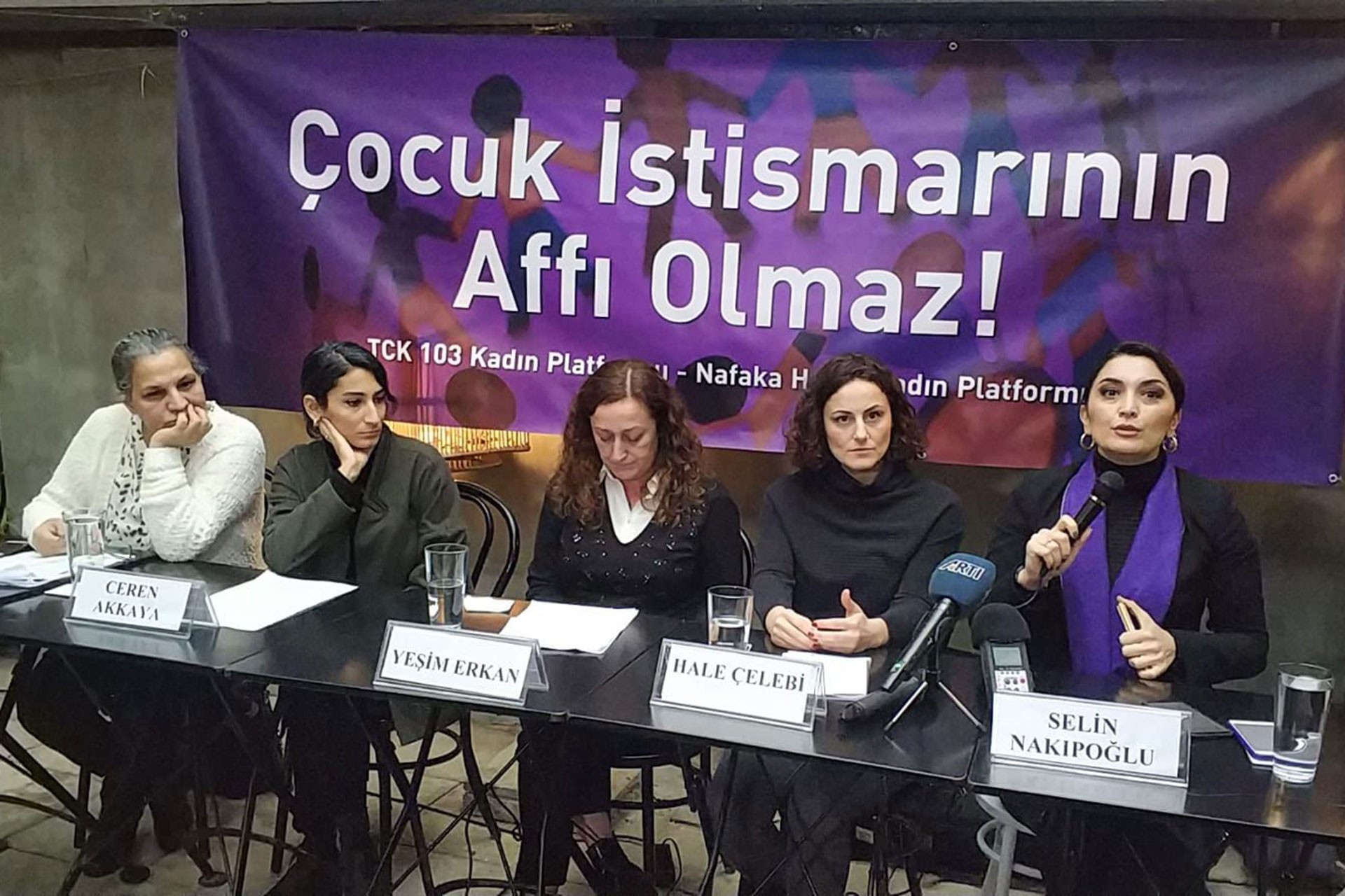 (Soldan sağa) Avukat Hülya Gülbahar, Ceren Akkaya, Yeşim Erkan, Hale Çelebi ve Av. Selin Nakipoğlu