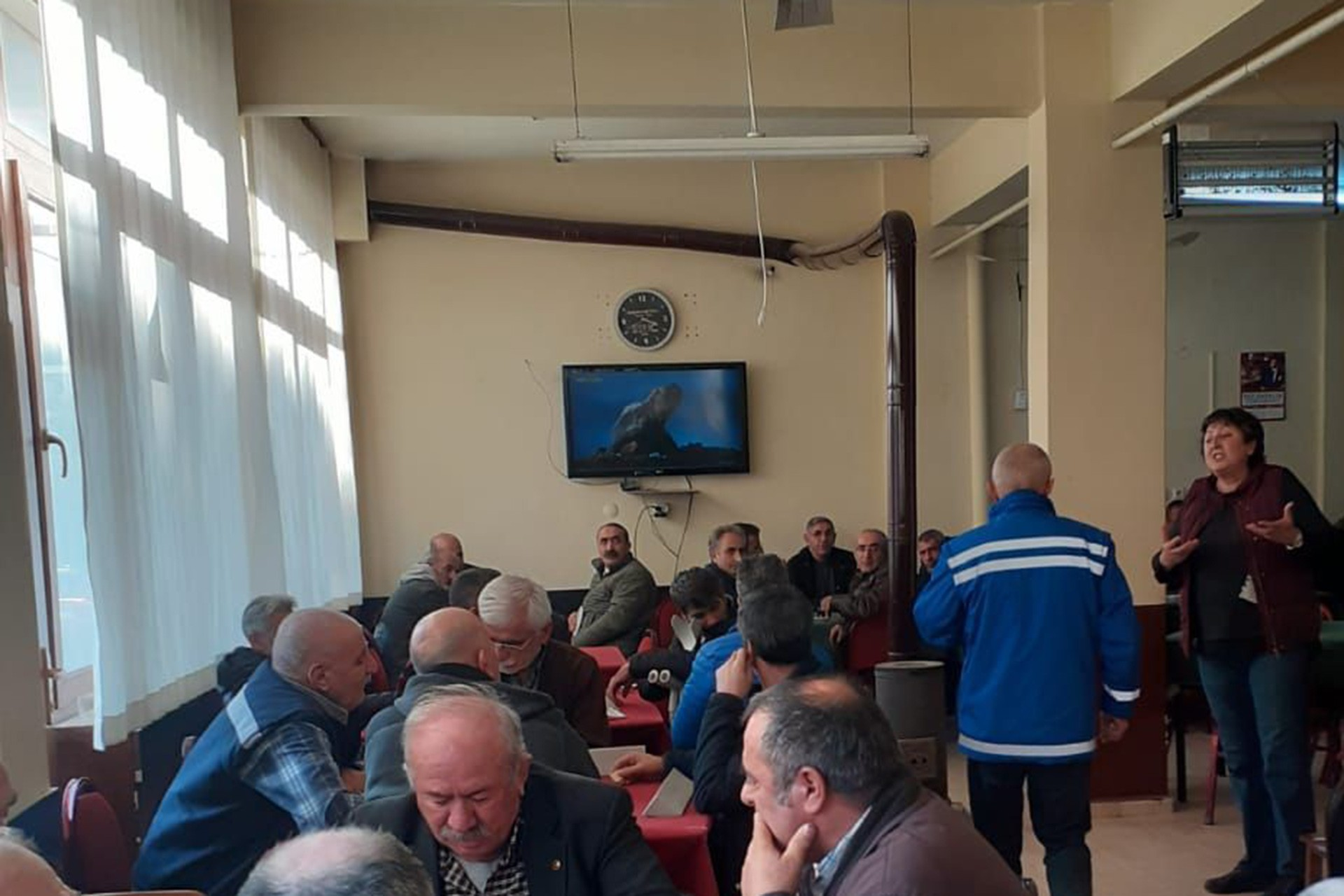 KESK MYK üyesi Elif Çuhadar kahvede konuşma yapıyor