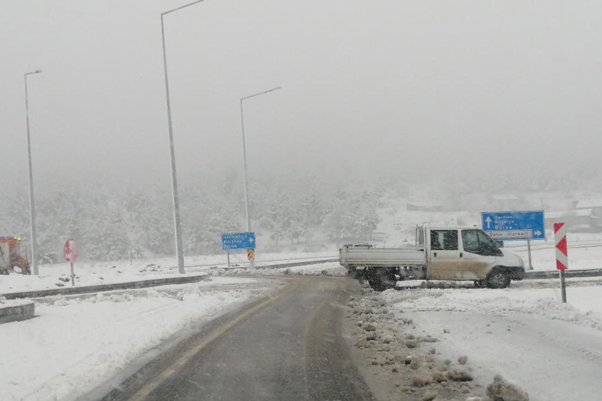 Balıkesir'de kar yağışı etkili oldu