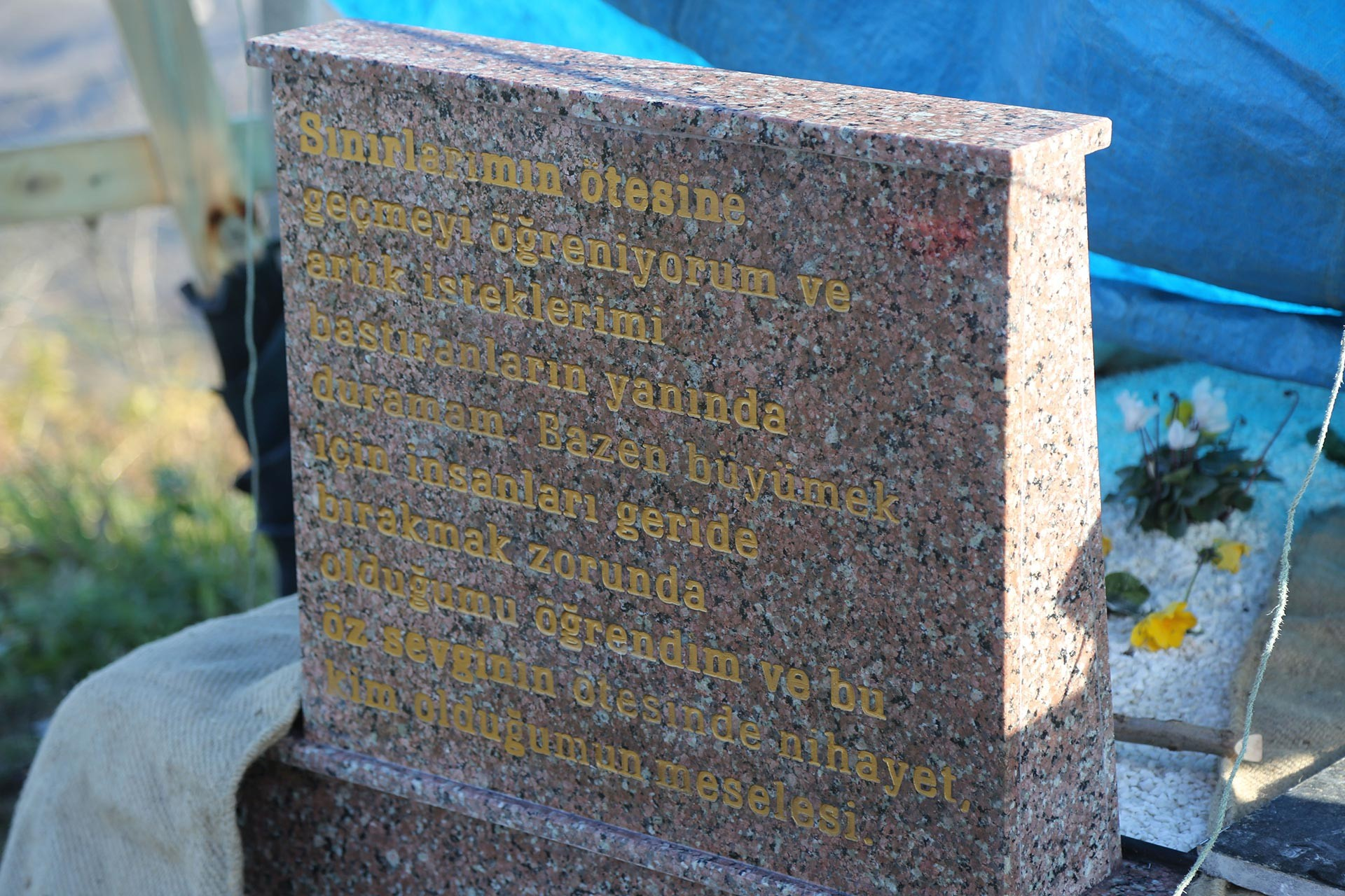Ceren Özdemir'in mezar taşı