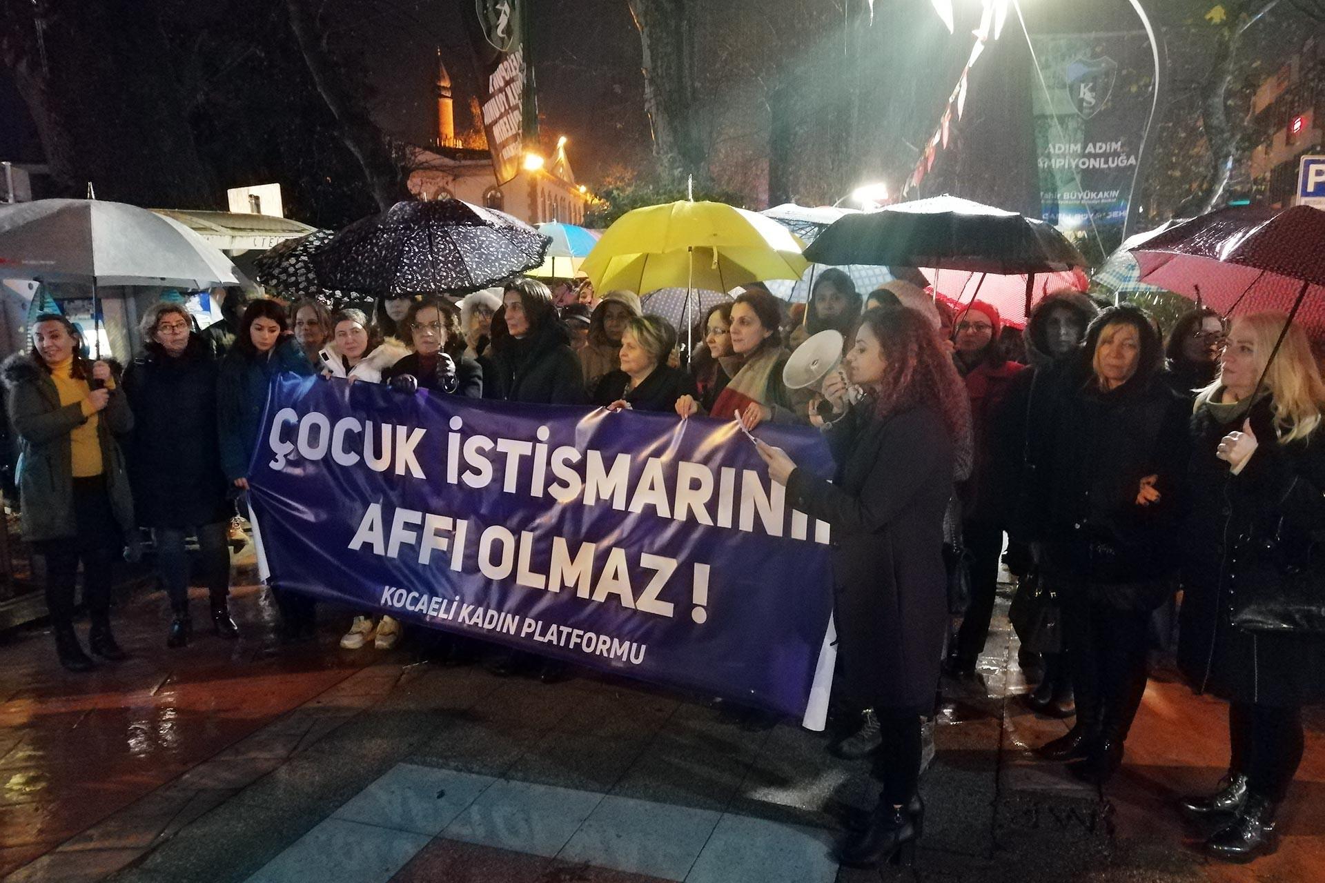 Kocaeli Kadın Platformunun çağrısıyla bir araya gelen kadınlar 'Çocuk istismarının affı olmaz!' pankartı ile basın açıklaması yaparken