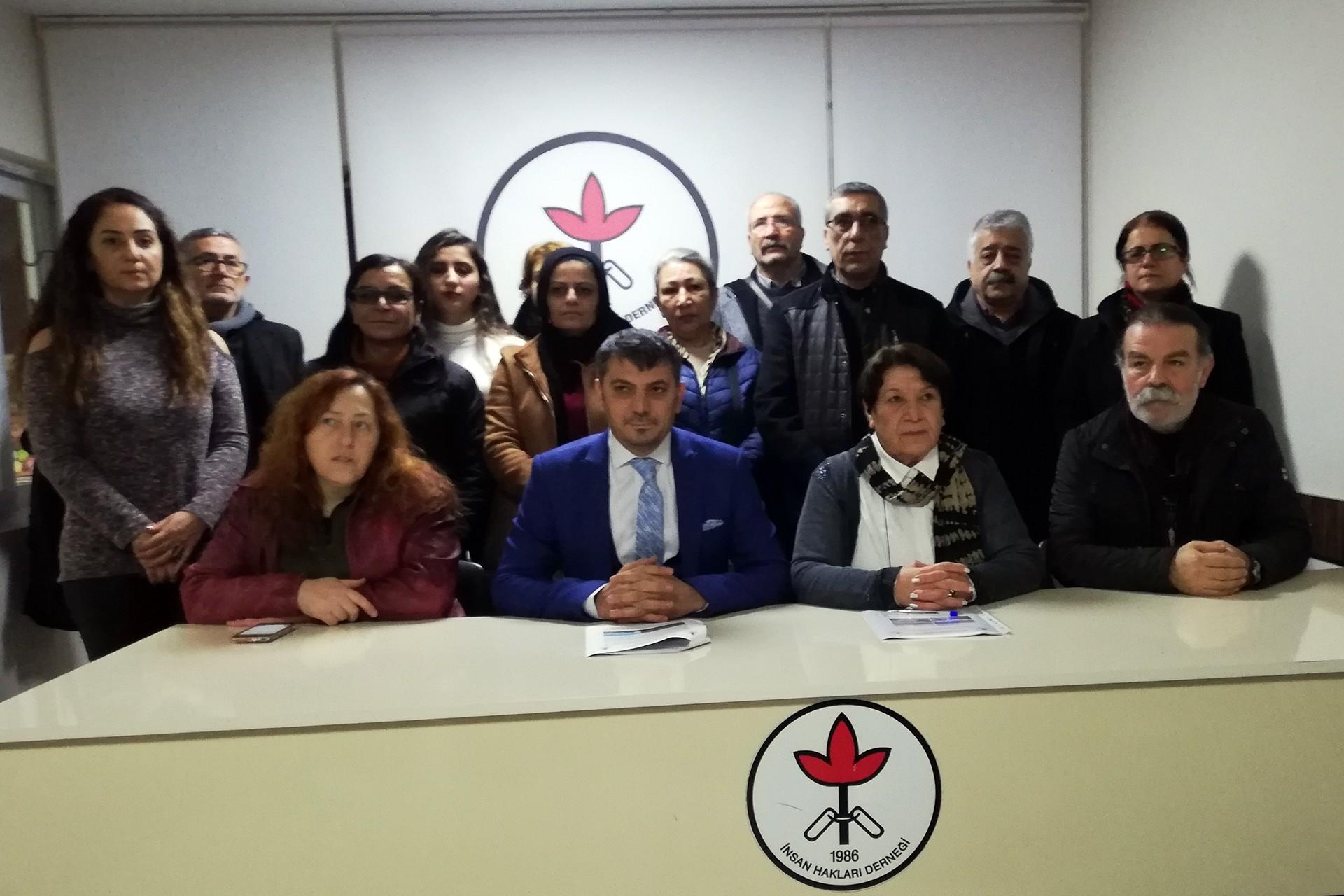 İHD Adana Şubesi üyeleri basın toplantısı düzenliyor