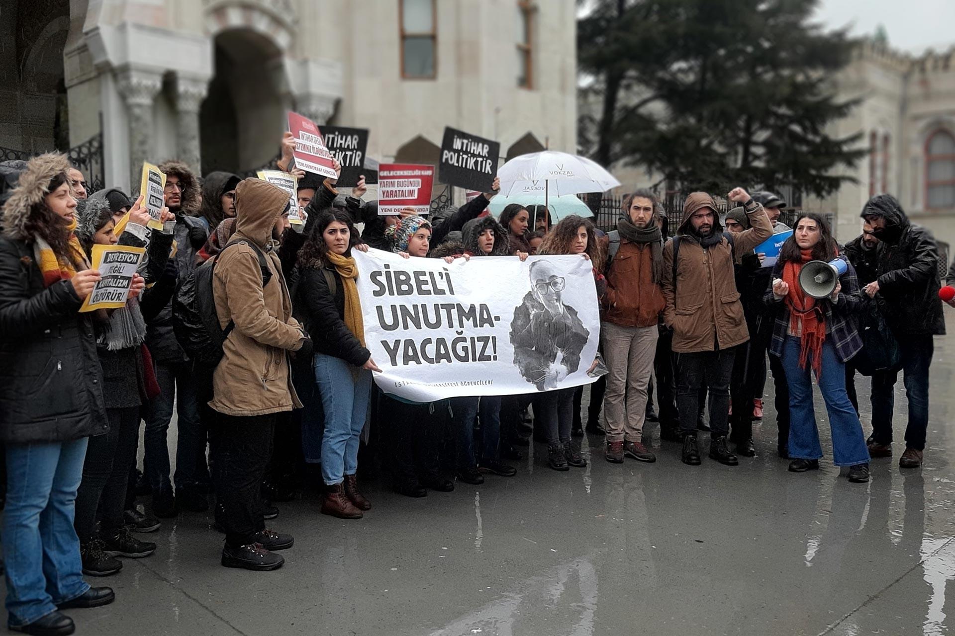 İstanbul Üniversitesi öğrenciler, intihar ederek yaşamına son veren İÜ öğrencisi Sibel Ünli için Beyazıt kampüsü girişinde eylem düzenlerken