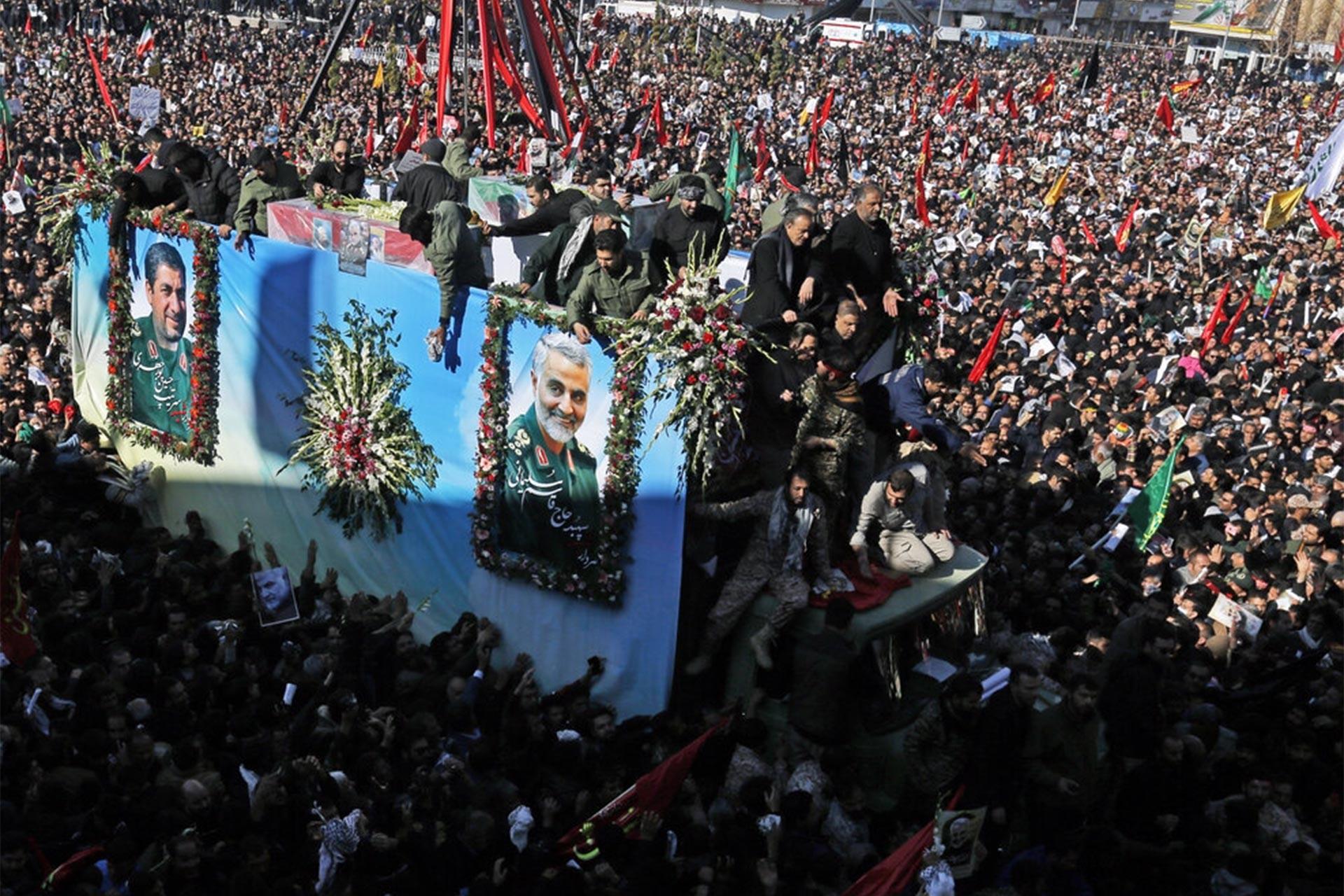 Kasım Süleymani için Kirman'da düzenlenen cenaze töreni için toplanan kalabalık