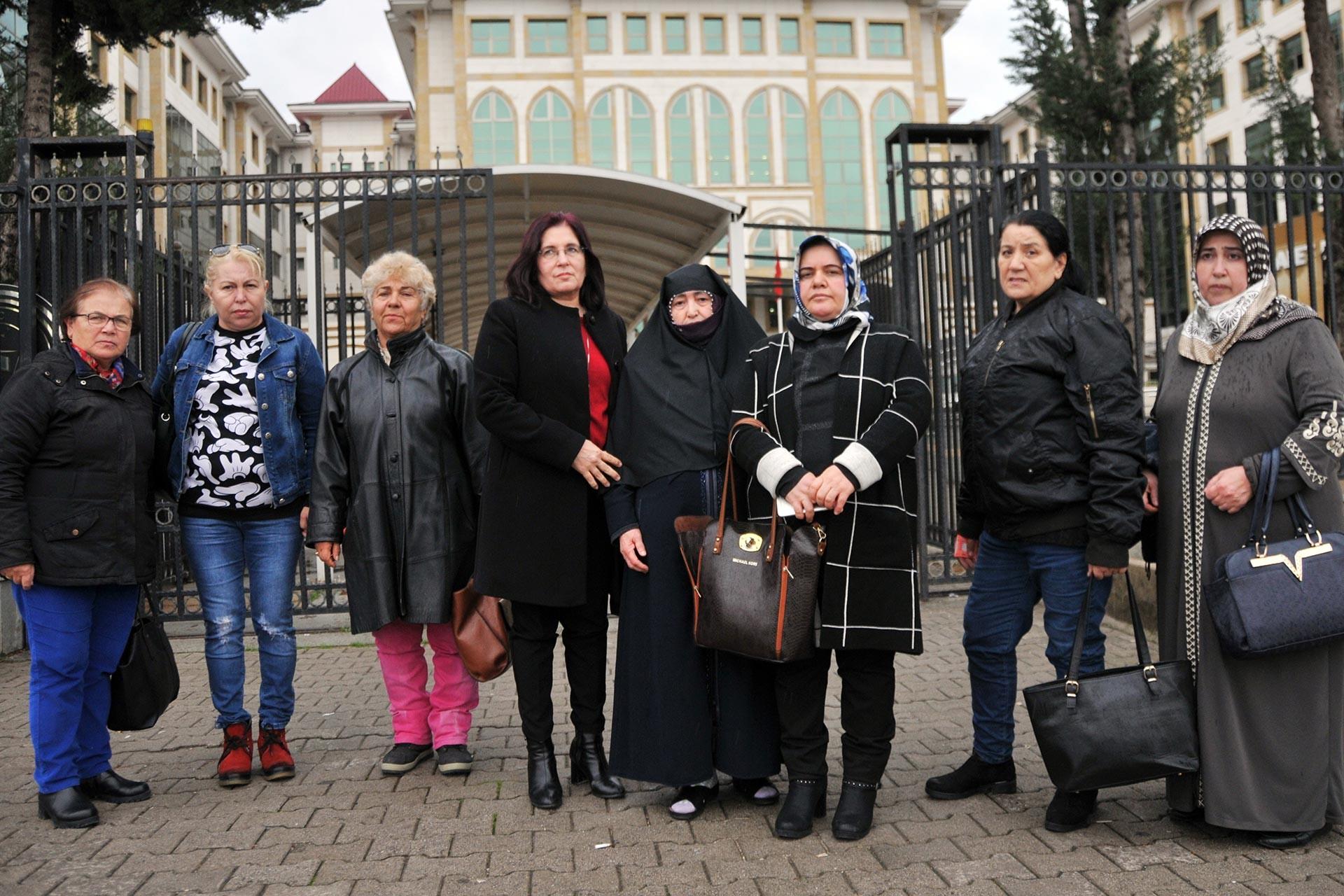 Ayşe Seyidoğlu'yu 21 yerinden bıçaklayan Nizamettin Seyidoğlu'nun yargılandığı davanın ardından Ayşe Seyidoğlu ve yakınları adliye önünde