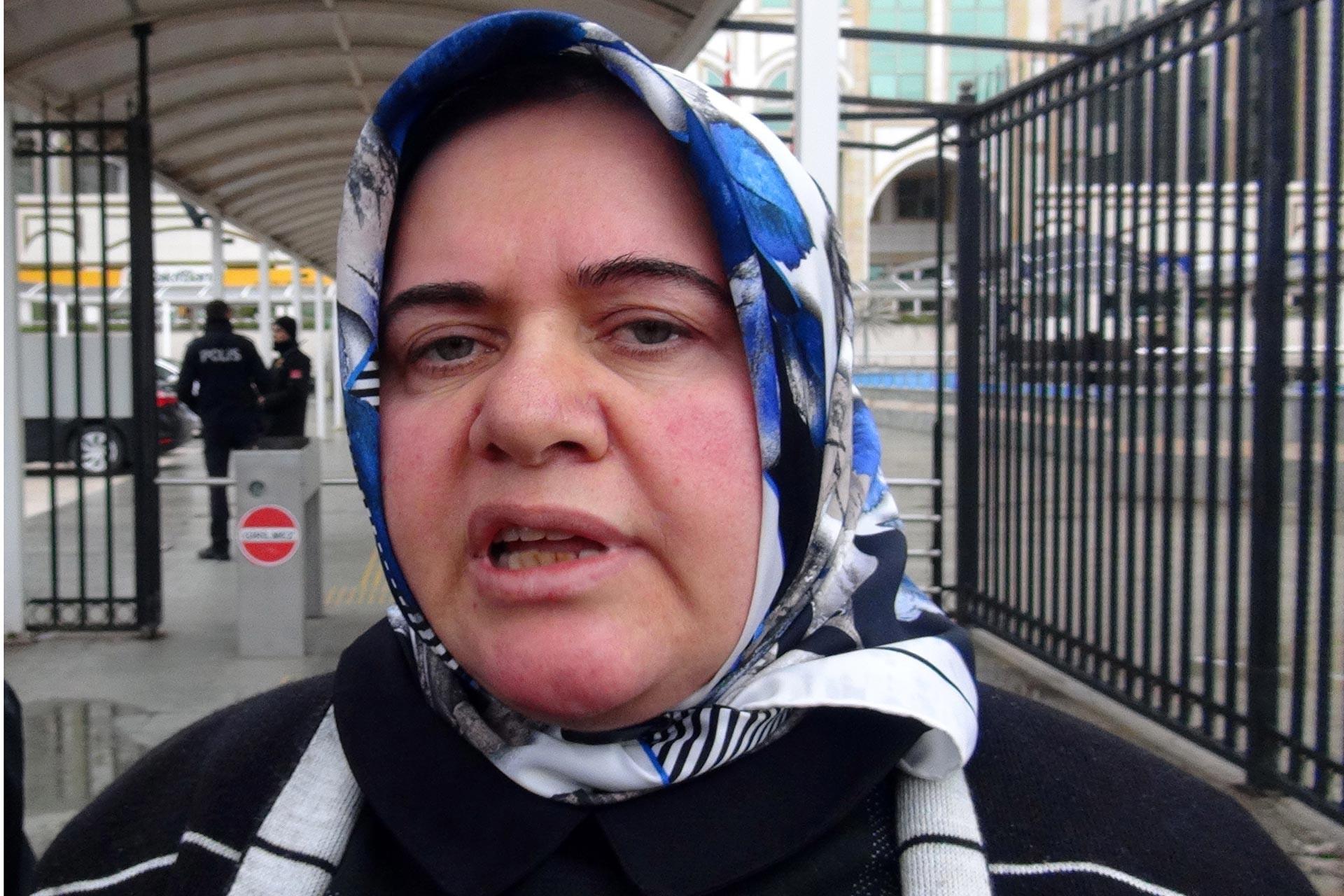 Ayşe Seyidoğlu'yu 21 yerinden bıçaklayan Nizamettin Seyidoğlu'nun yargılandığı davanın ardından Ayşe Seyidoğlu adliye önünde basın mensuplarına açıklama yaparken