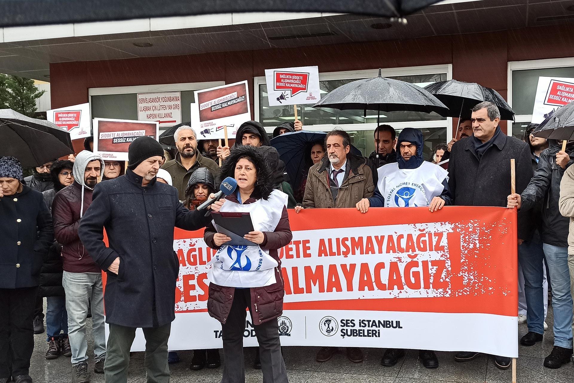 SES Bakırköy Şube Eş Başkanı Nuran Güngör basın açıklamasını okurken