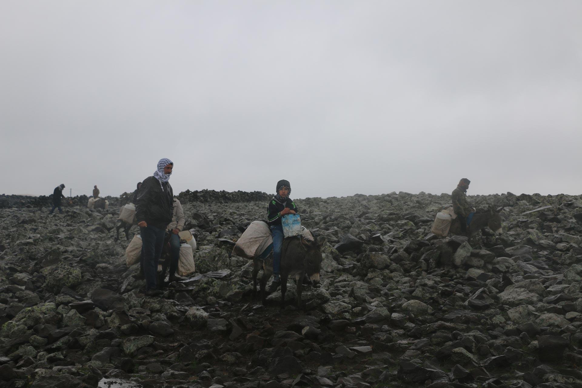 Urfa'nın Siverek ilçesi Karacadağ bölgesinde 10 mahallede yaşayan 5 bin kişi, içme suyunu ve hastalarını eşek sırtında taşıyor