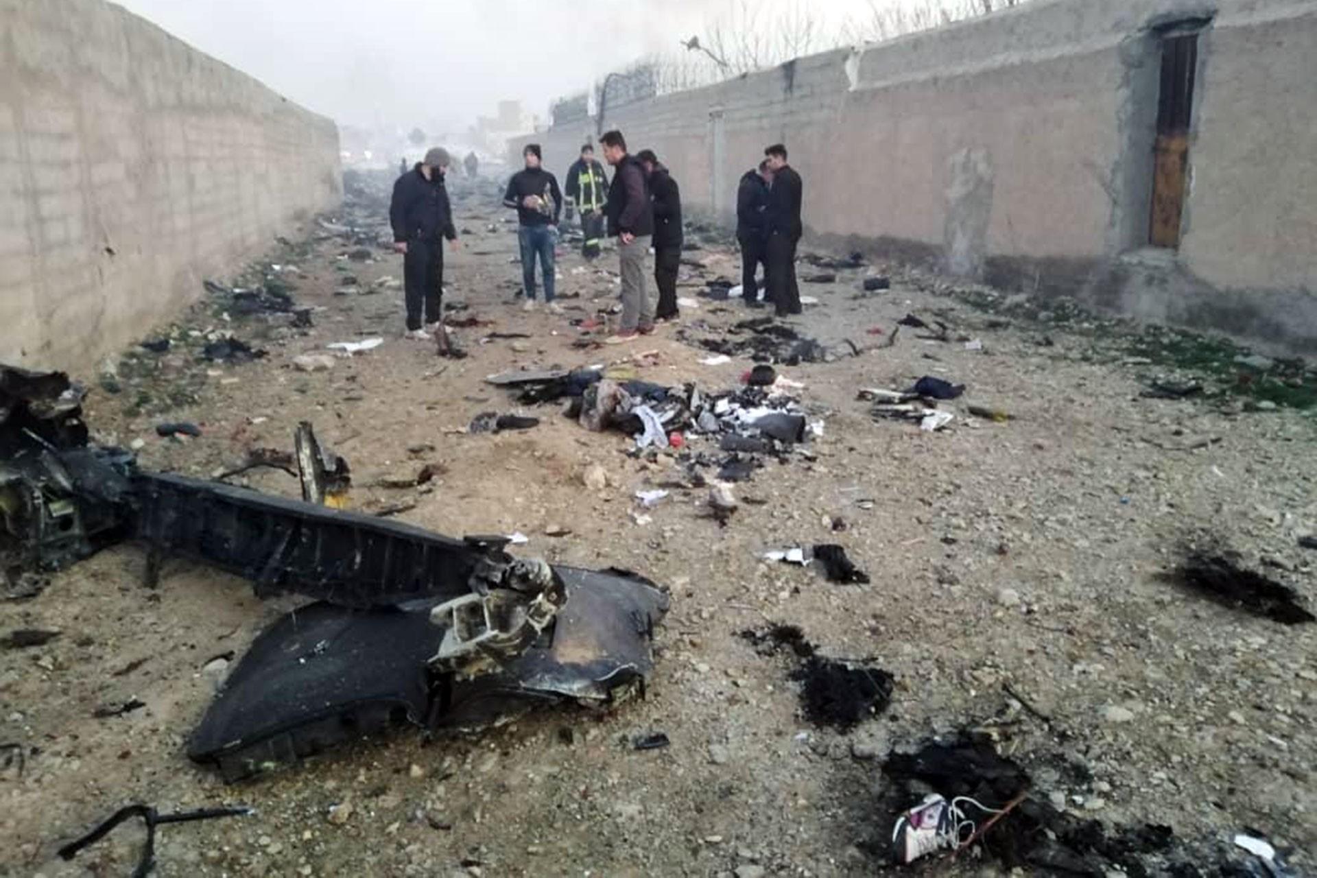 Tahran'da düşen uçağın parçaları