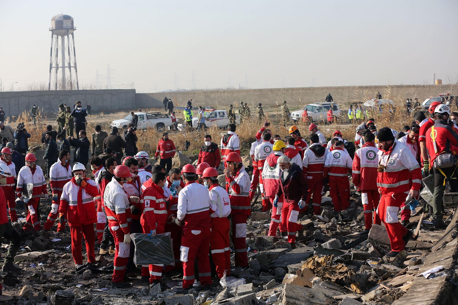İran'da düşen uçaktaki yolcu ve mürettebata ait ceset parçaları toplandı