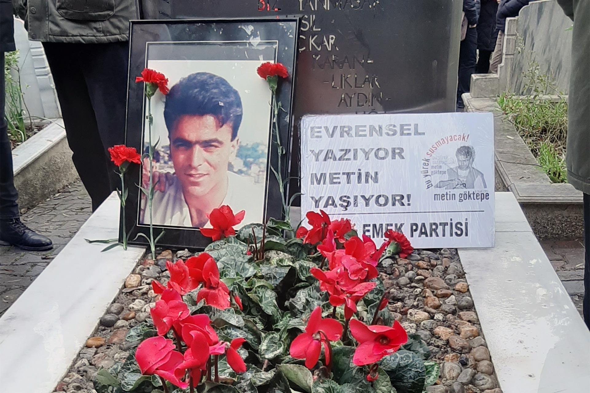 Metin Göktepe'nin mezarı, çiçekler, döviz ve fotoğrafı