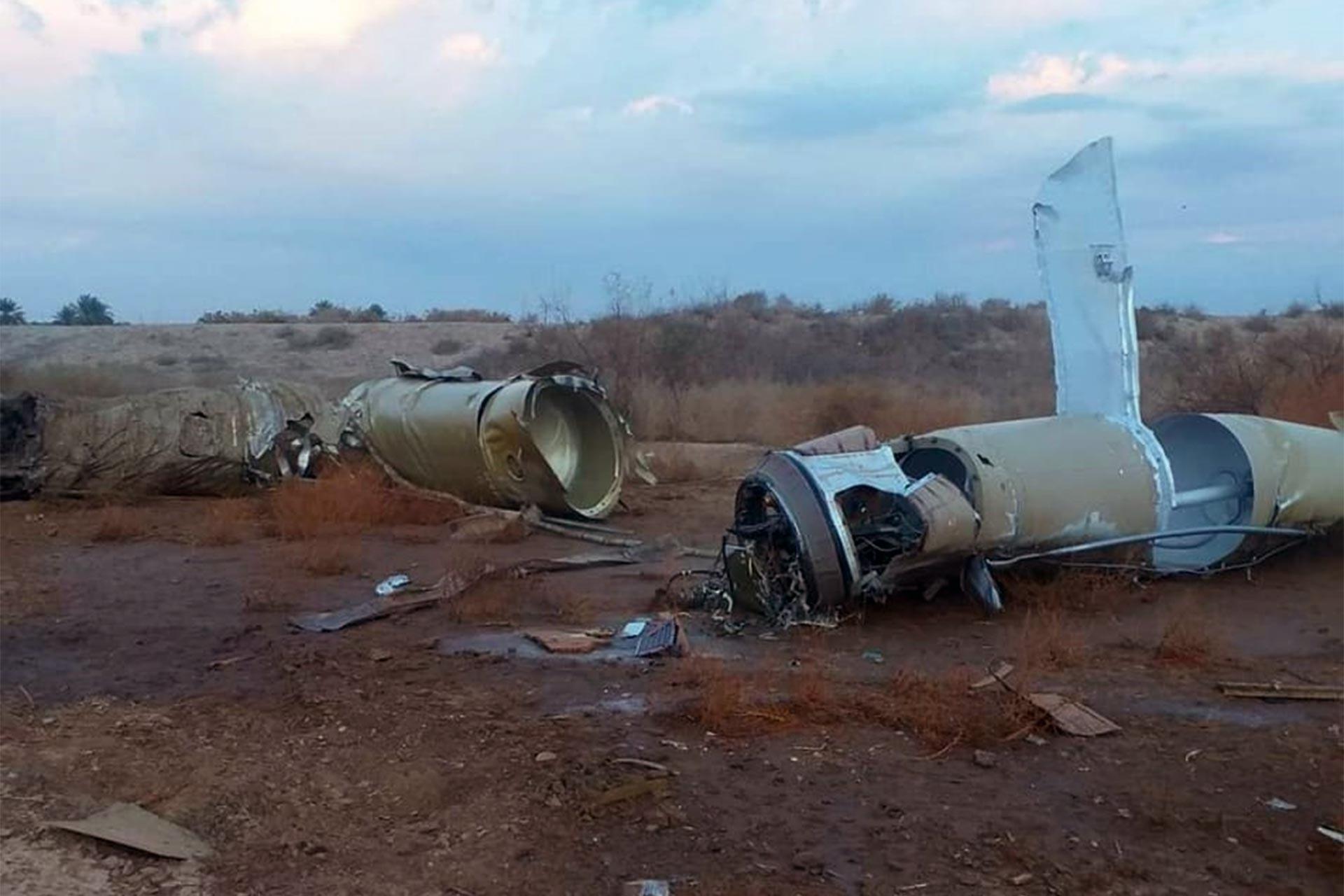 İran'ın ABD üssü için fırlattığı balistik füzelerden birinin enkazı