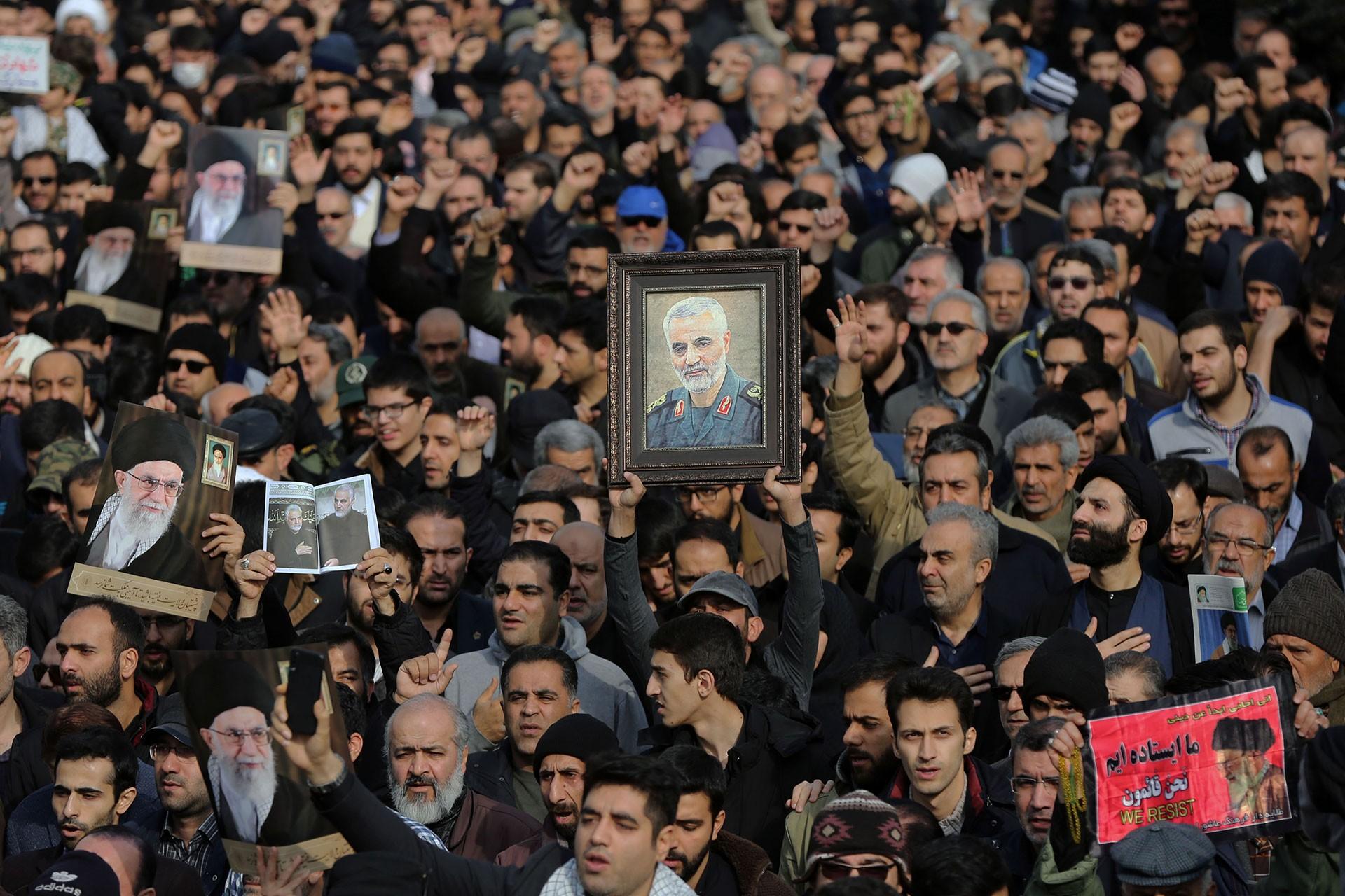 Kasım Süleymani'nin öldürülmesini protesto eden İranlılar
