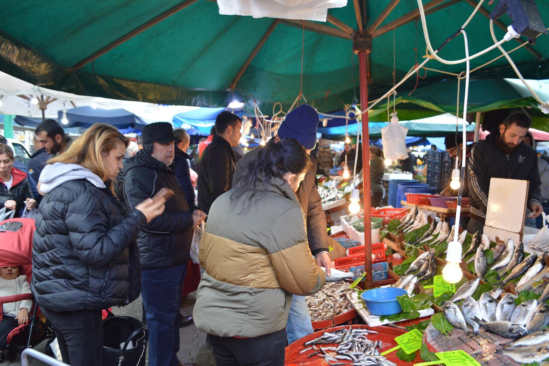 Yahya Kaptan Mahallesi'ndeki halk pazarı
