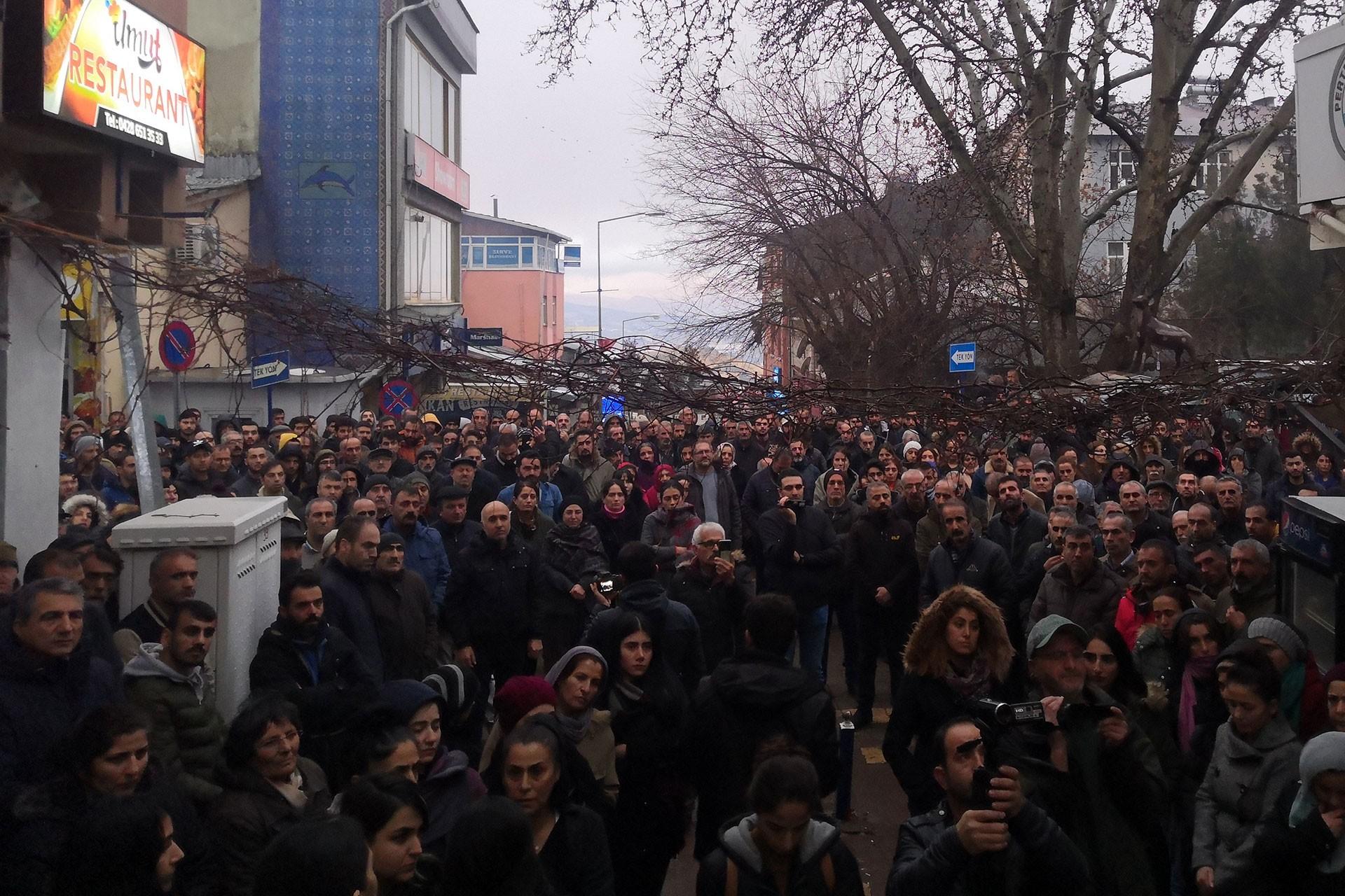 Pertek'te istismar protestosu için toplanan kalabalık.
