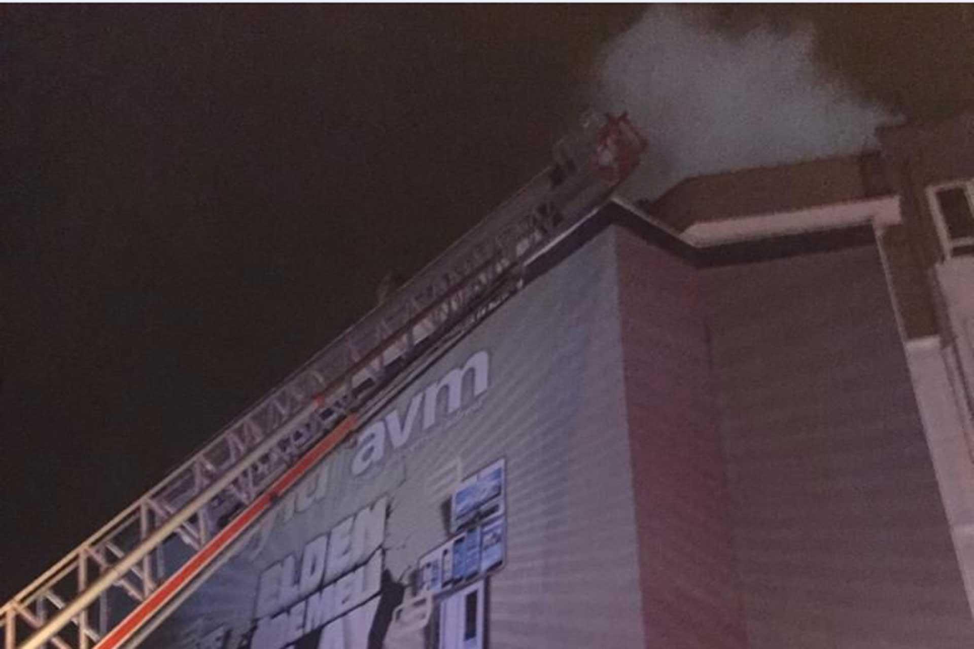 AVM'nin çatısından dumanlar yükseliyor.