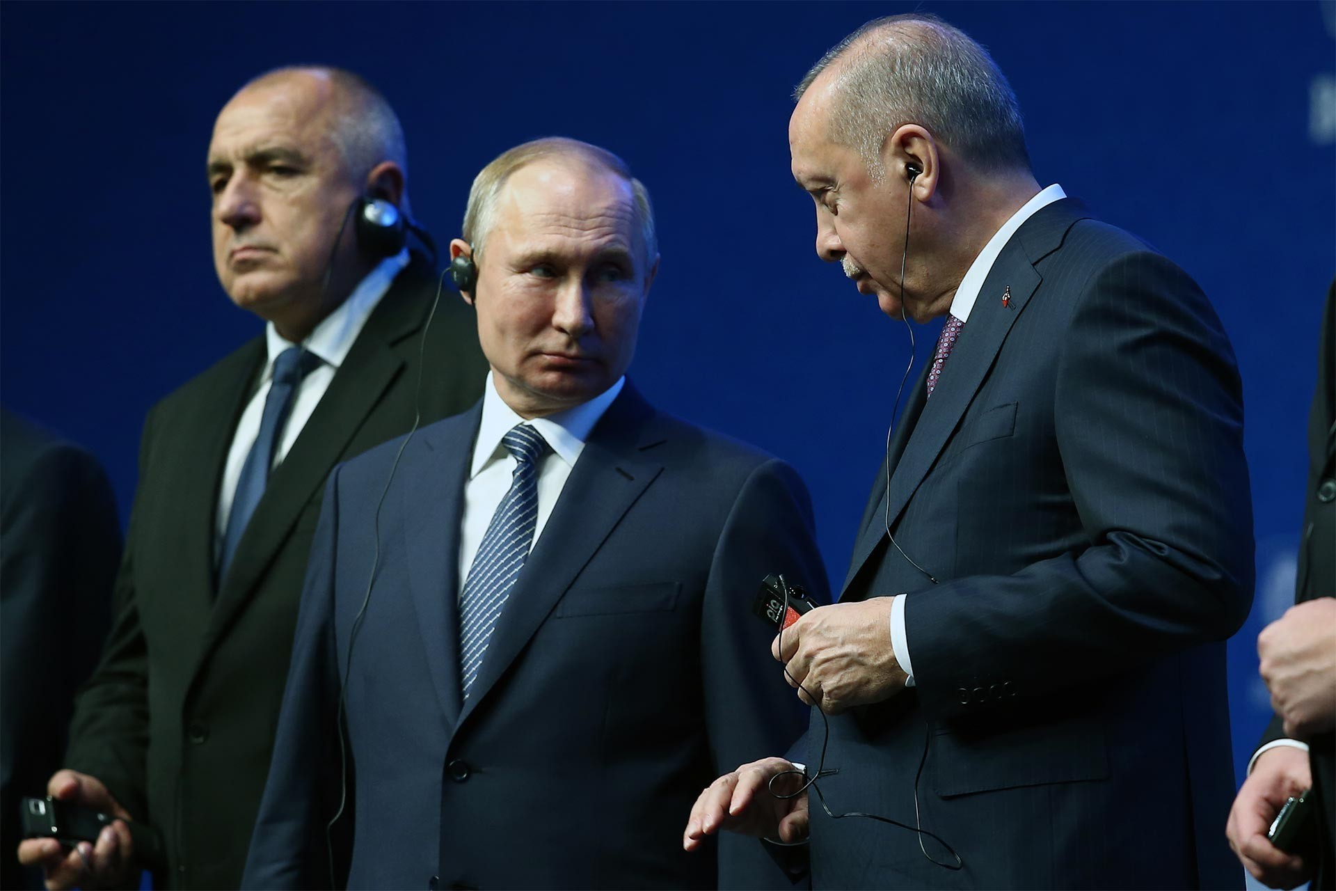 Russian President Vladimir Putin (left) and Turkish President Tayyip Erdoğan (right) standing.