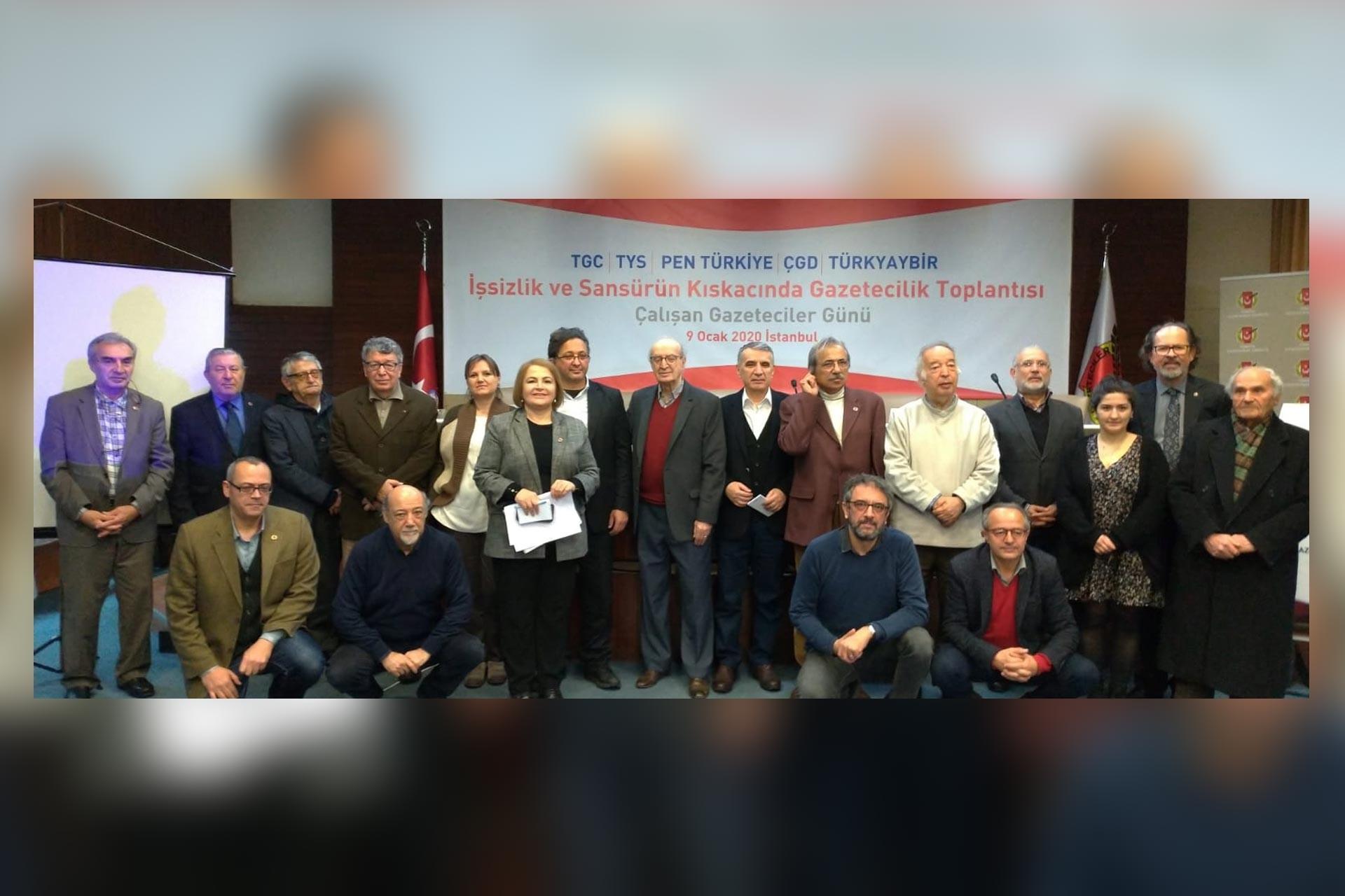 10 Ocak Çalışan Gazeteciler günü nedeniyle Türkiye Gazeteciler Cemiyeti, Türkiye Yazarlar Sendikası, PEN Türkiye Merkezi, Çağdaş Gazeteciler Derneği ve Türkiye Yayıncılar Birliği'nin düzenlediği 'İşsizlik ve Sansürün Kıskacında Gazetecilik' başlıklı toplantıdan toplu bir fotoğraf