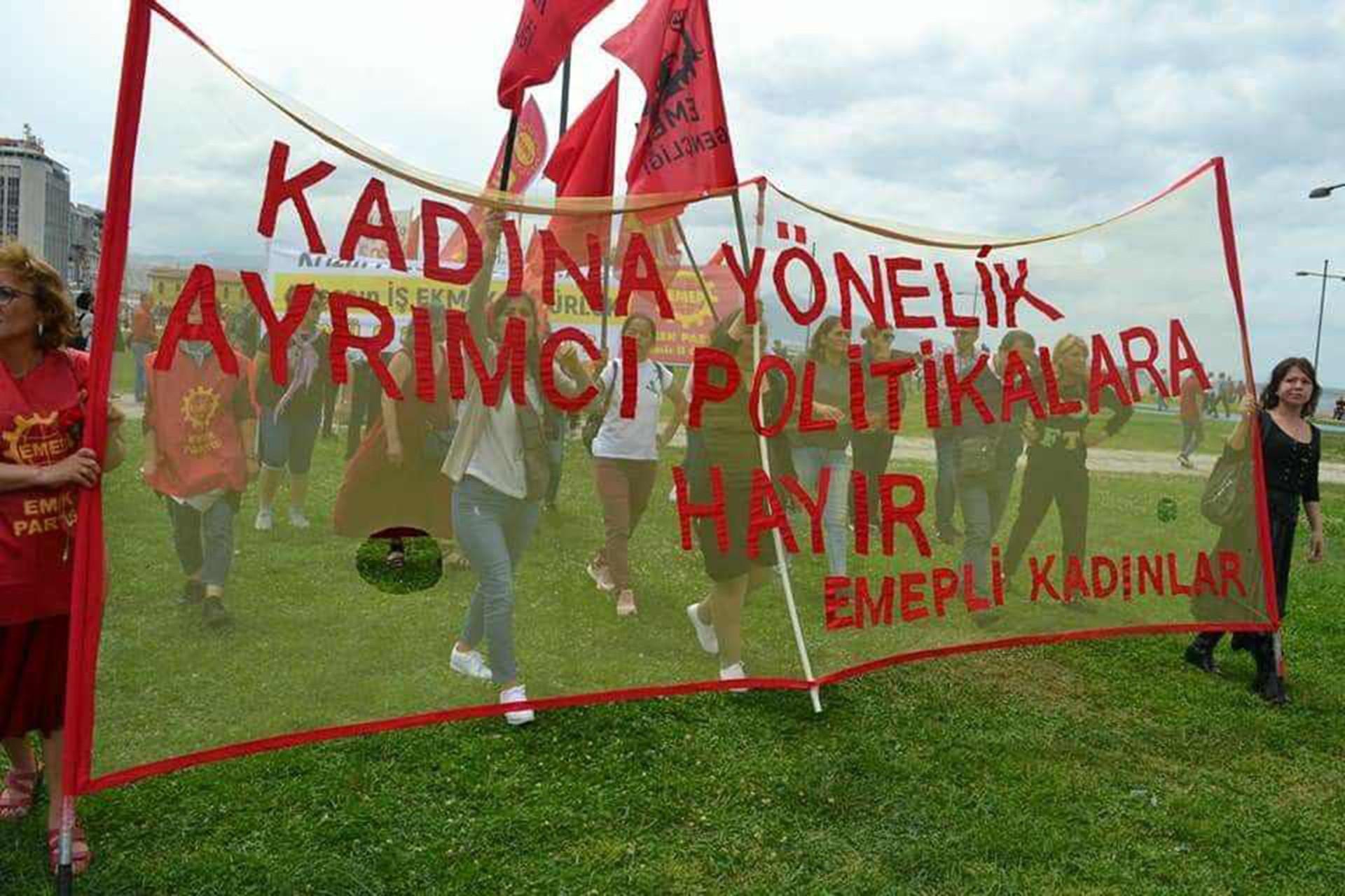 Emek Partisi üyesi kadınlar 'Kadına yönelik ayrımcı politikalara hayır' pankartı taşırken