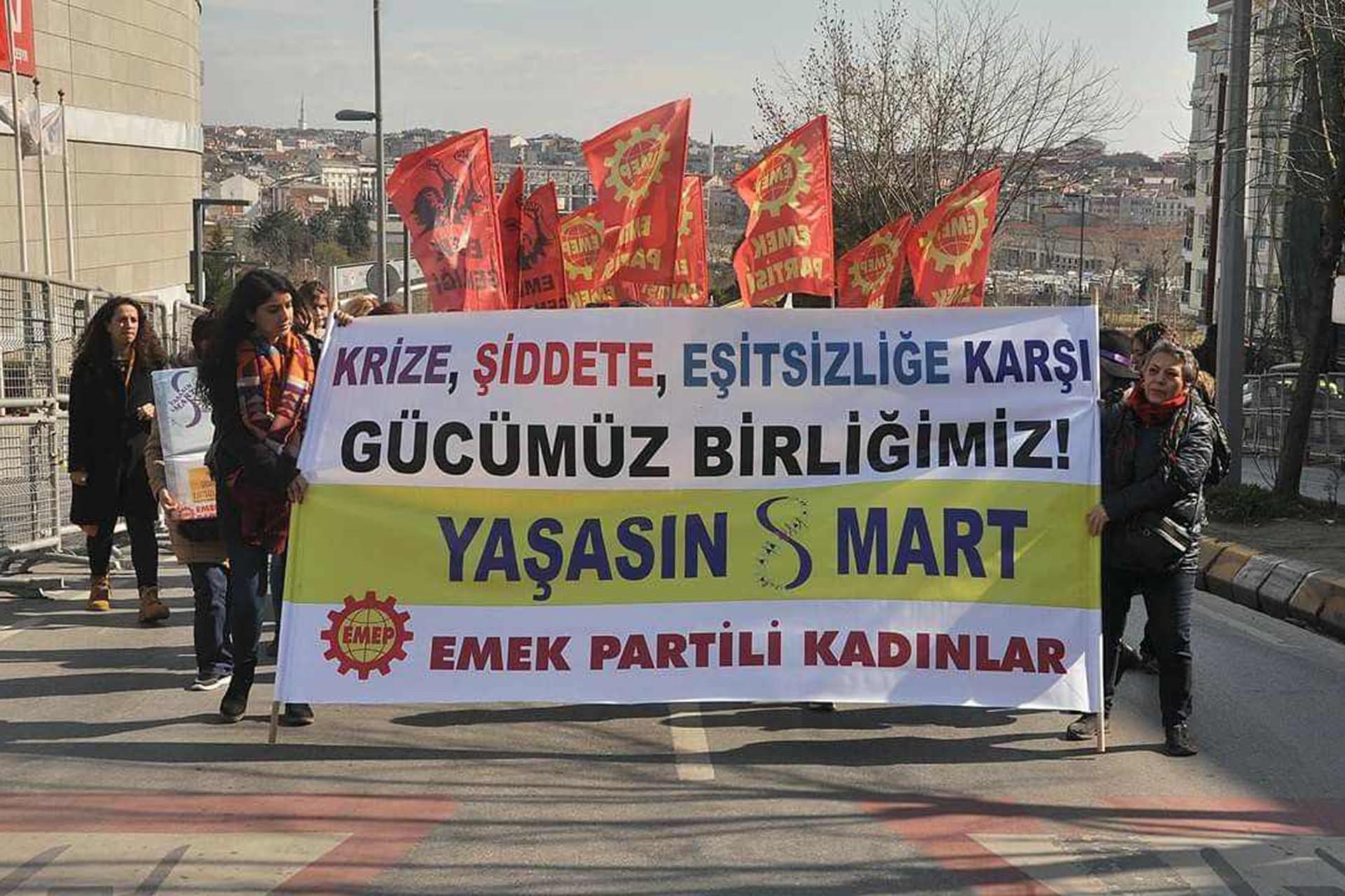 Emek Partisi üyesi kadınlar 'Krize, şiddetei eşitsizliğe karşı gücümüz birliğimiz. Yaşasın 8 Mart' pankartı taşırken