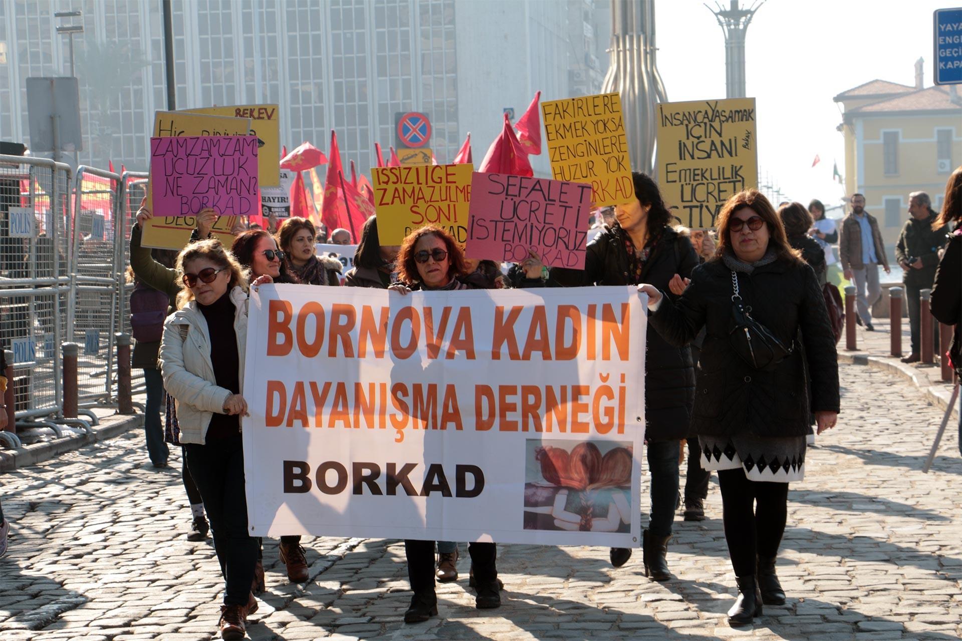 Bornova Kadın Dayanışma Derneği pankartı ve dövizleriyle taleplerini duyuran kadınlar