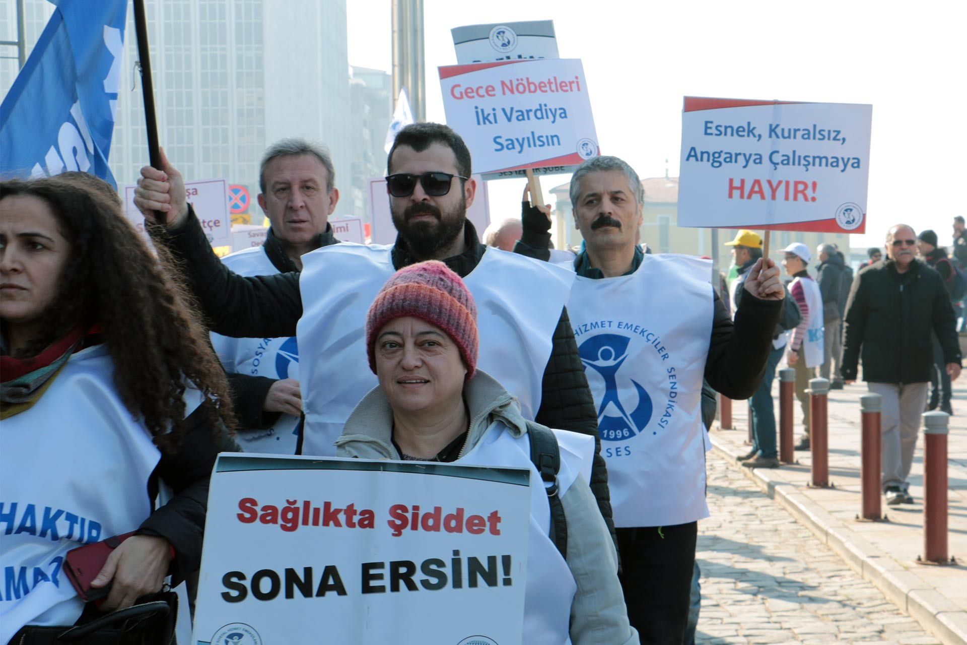 Taleplerini dövizlere yansıtarak yürüyüş yapan SES üyesi kamu emekçileri
