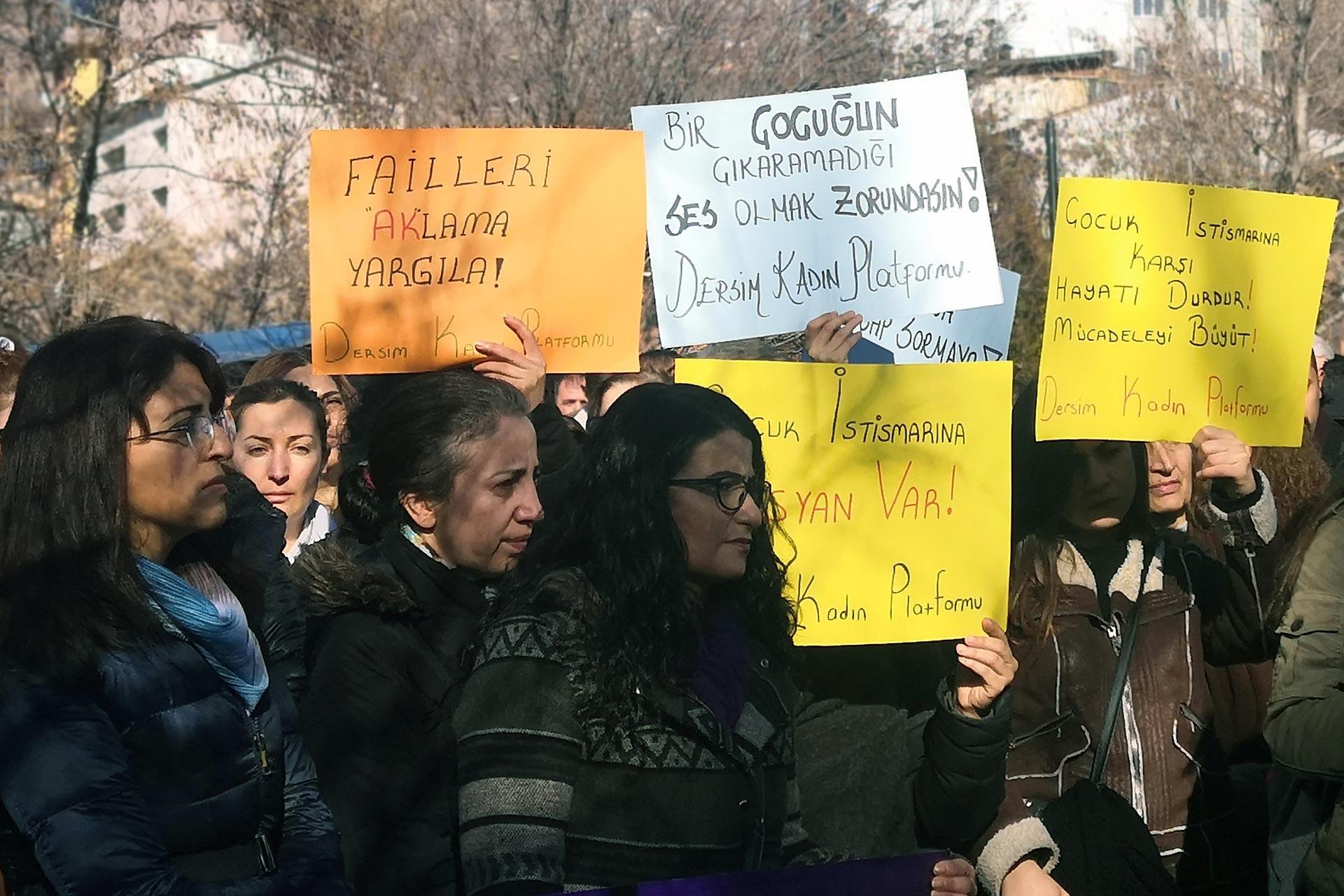 Dersim'de çocuk istismarına karşı basın açıklaması yapan kadınlar