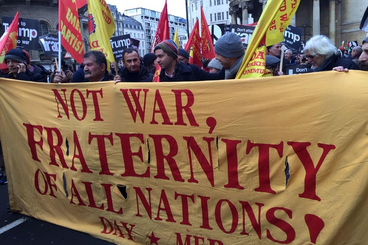 Savaş karşıtı eylemde Day-Mer pankartının arkasında gözüken çok sayıda kişi.