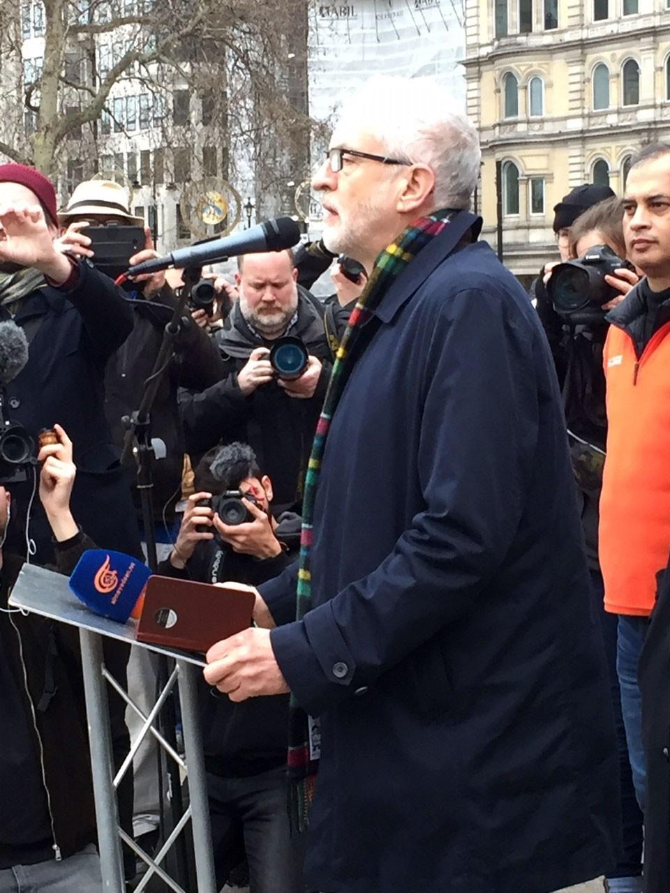 Jeremy Corbyn savaş karşıtı eylemde konuşuyor.