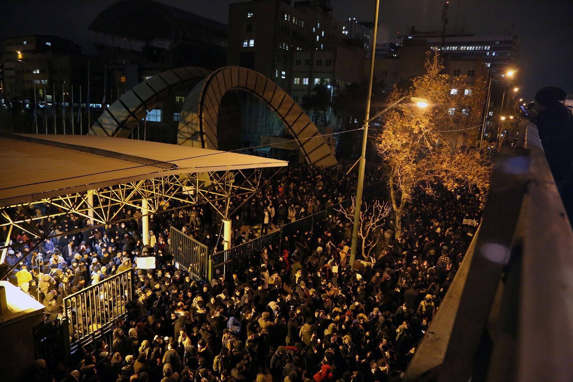 İran'da yolcu uçağı düşürülmesini protesto eden çok sayıda kişi.