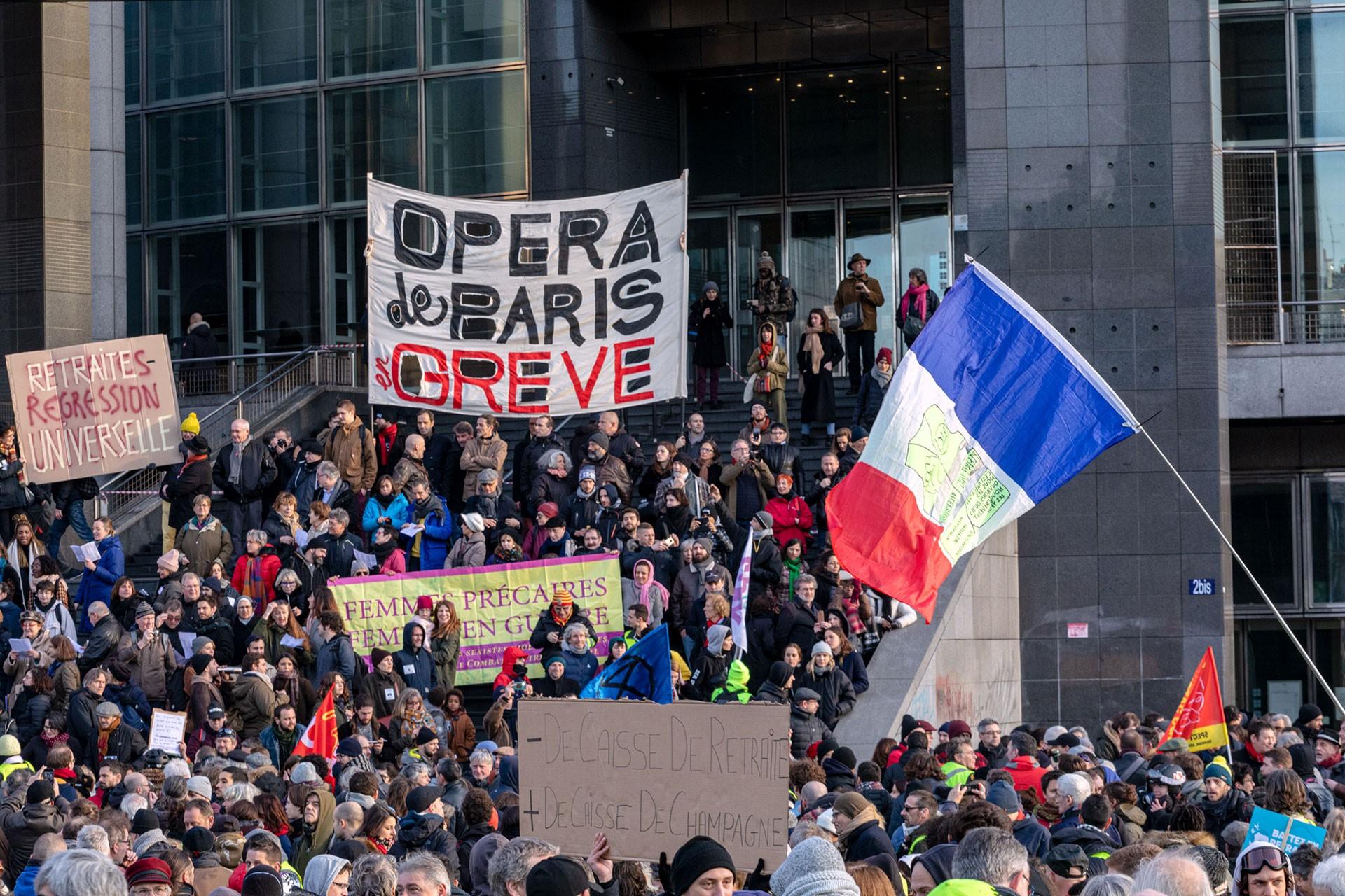 Fransa'da greve çıkan halk