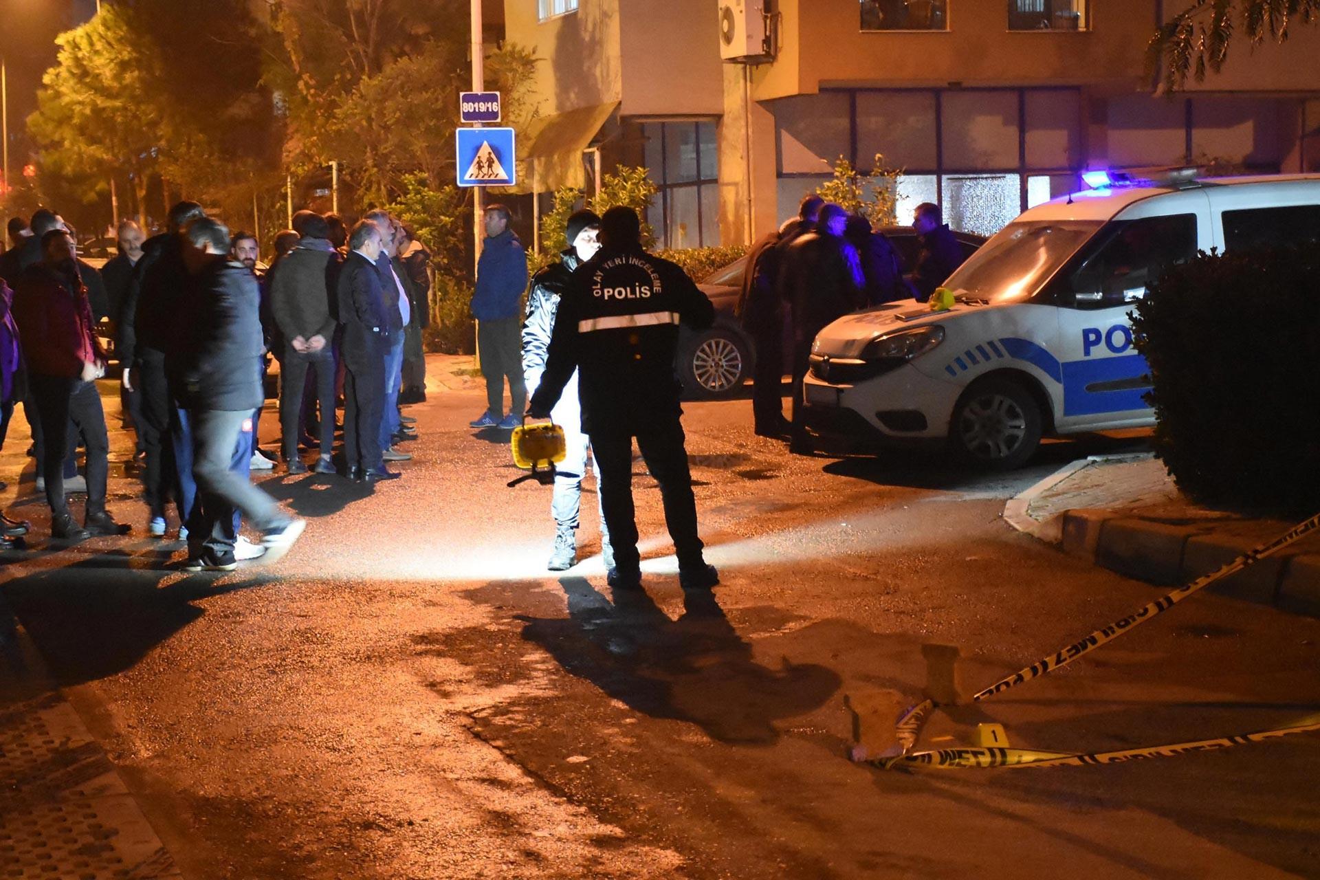 Çiğli Belediye Başkan Yardımcısı Ali Rıza Koçer'in silahlı saldırıya uğradığı yerde polis inceleme yaparken