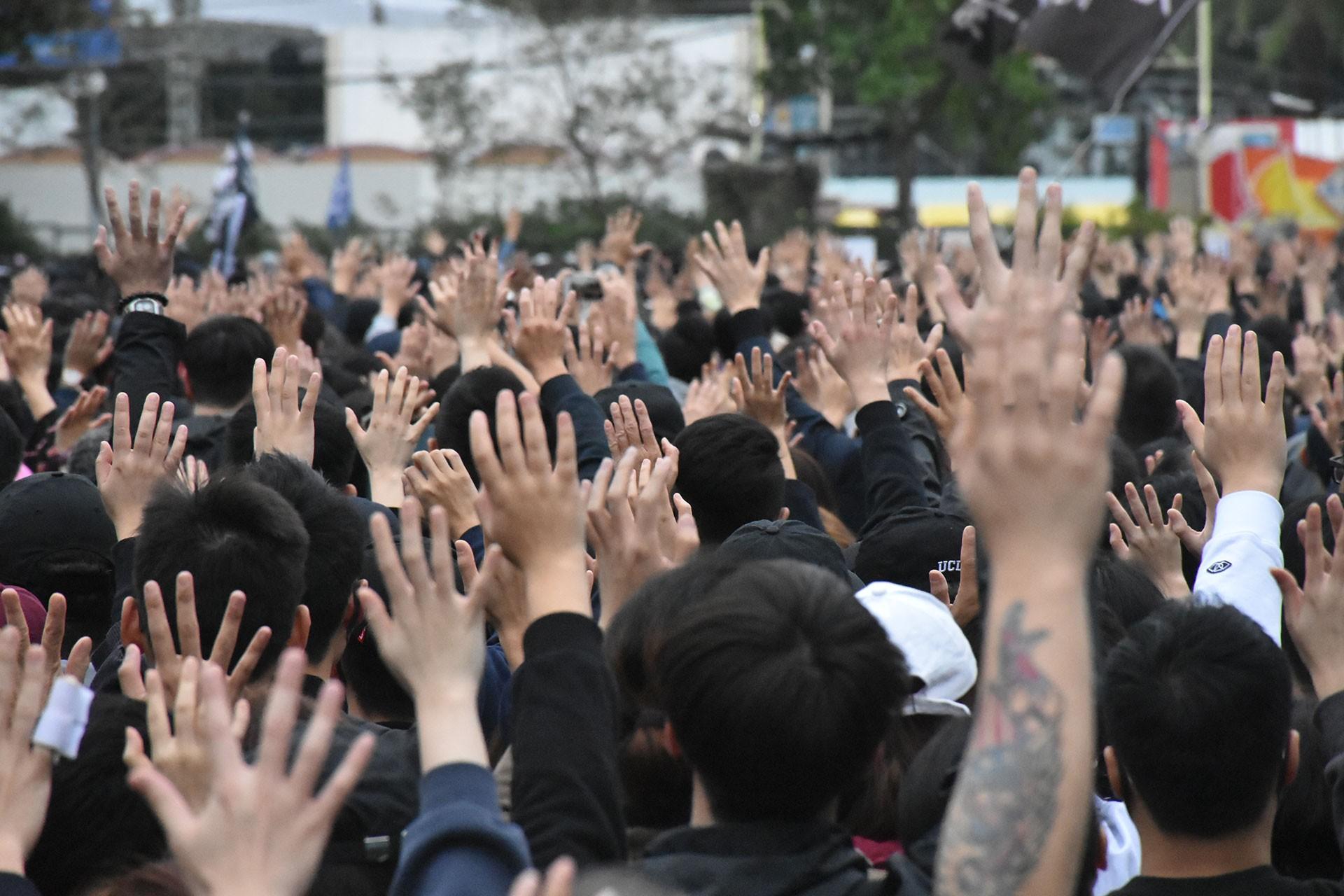 Hong Kong'da sokağa çıkan halk