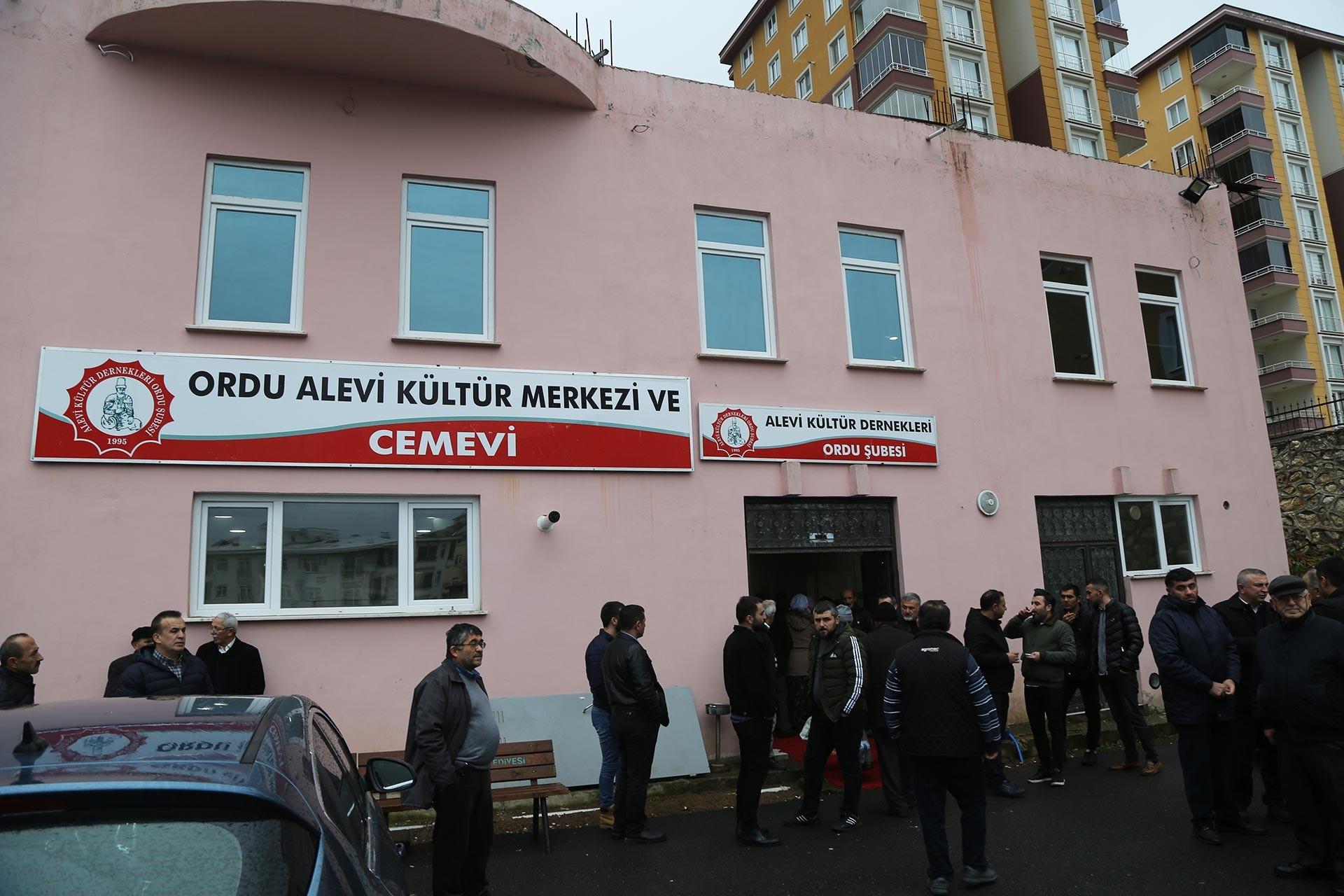 Ceren Özdemir'in öldürülüşünün 40'ıncı günü dolayısıyla ailesi cemevinde lokma ve yemek dağıttı