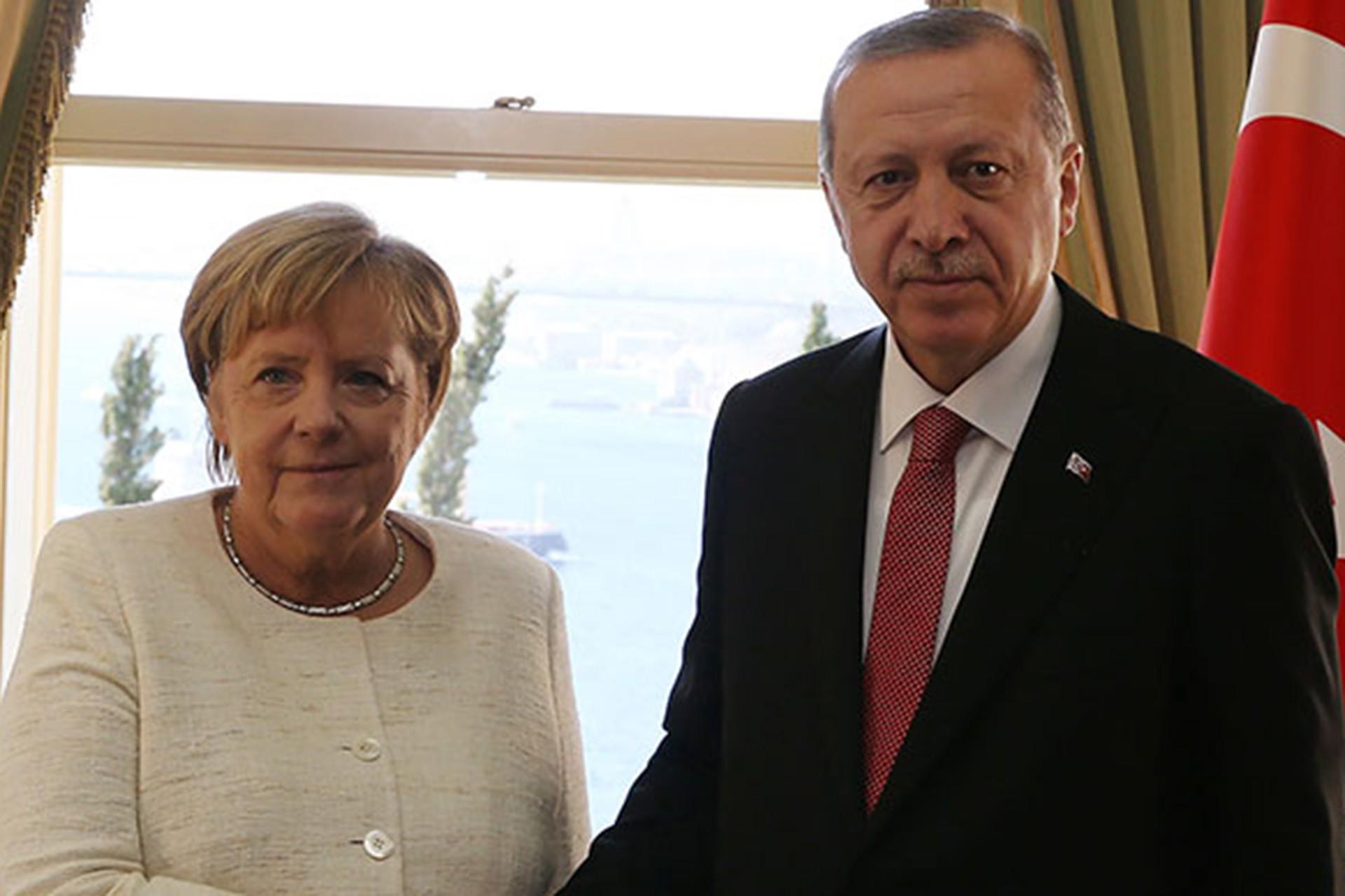 Merkel ve Erdoğan el sıkışıyor